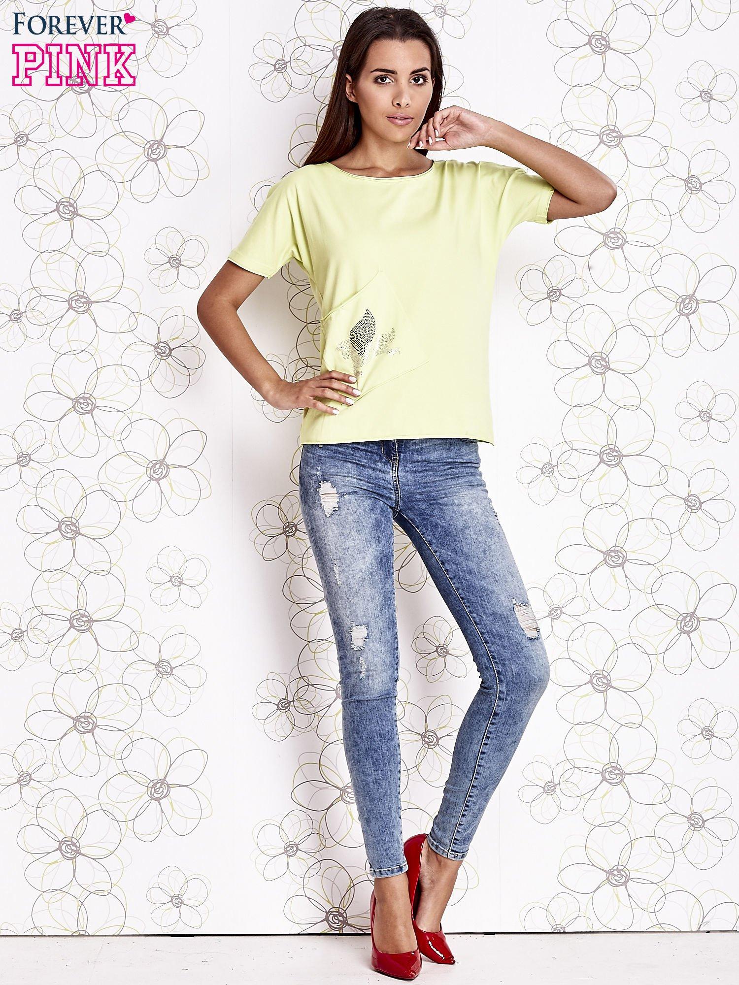 Limonkowy t-shirt z ukośną kieszenią i dżetami                                  zdj.                                  3