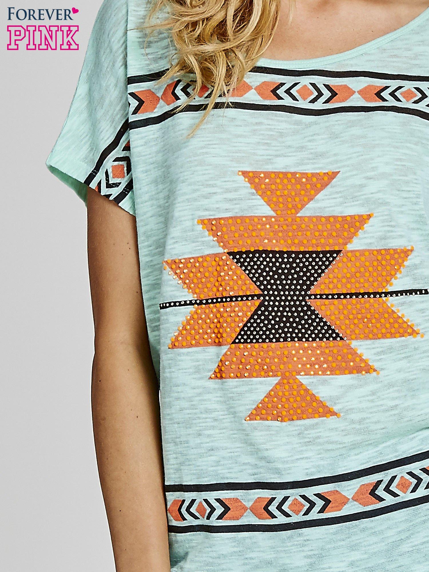 Miętowy t-shirt we wzory azteckie z dżetami                                  zdj.                                  5