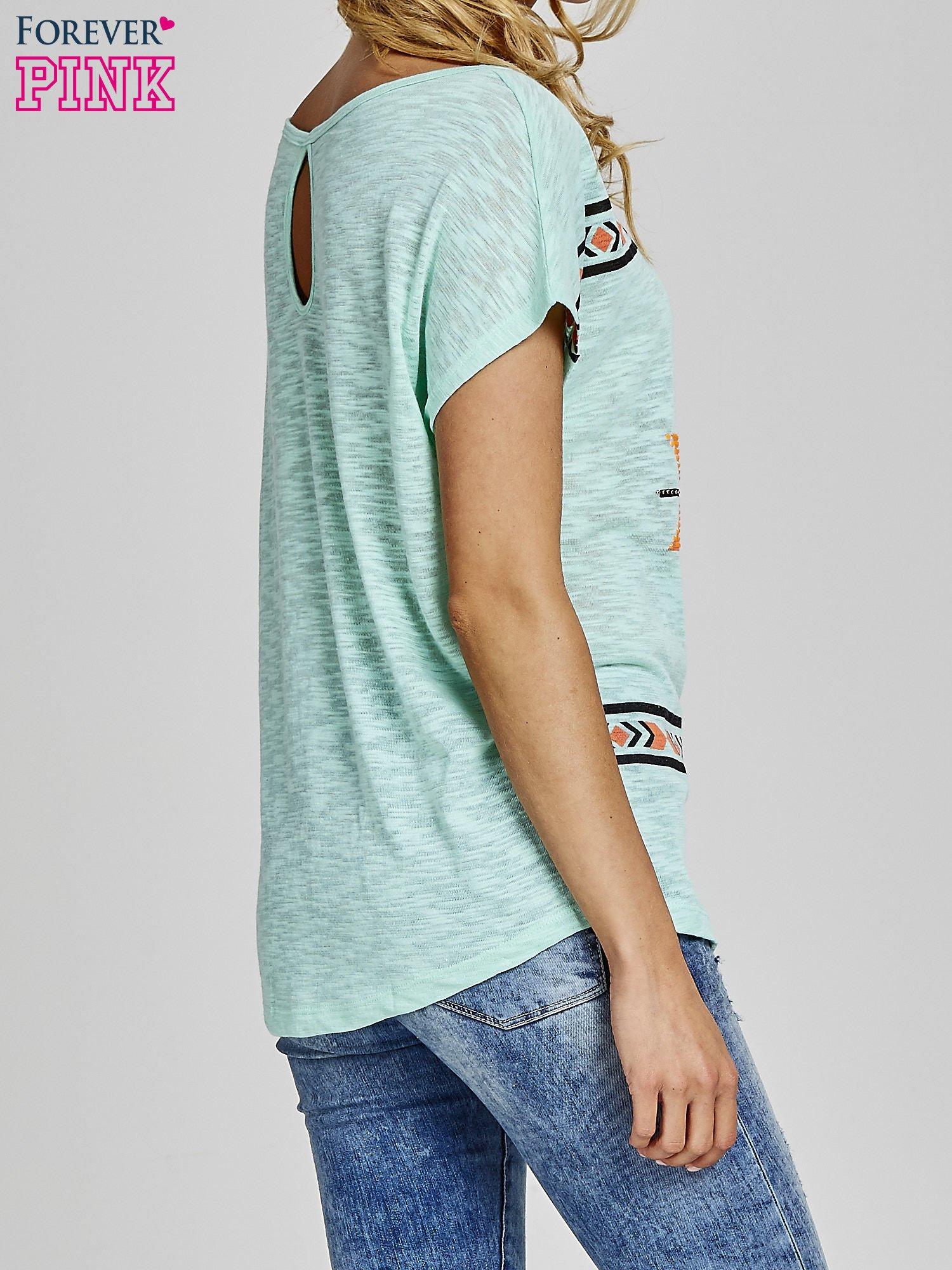 Miętowy t-shirt we wzory azteckie z dżetami                                  zdj.                                  4