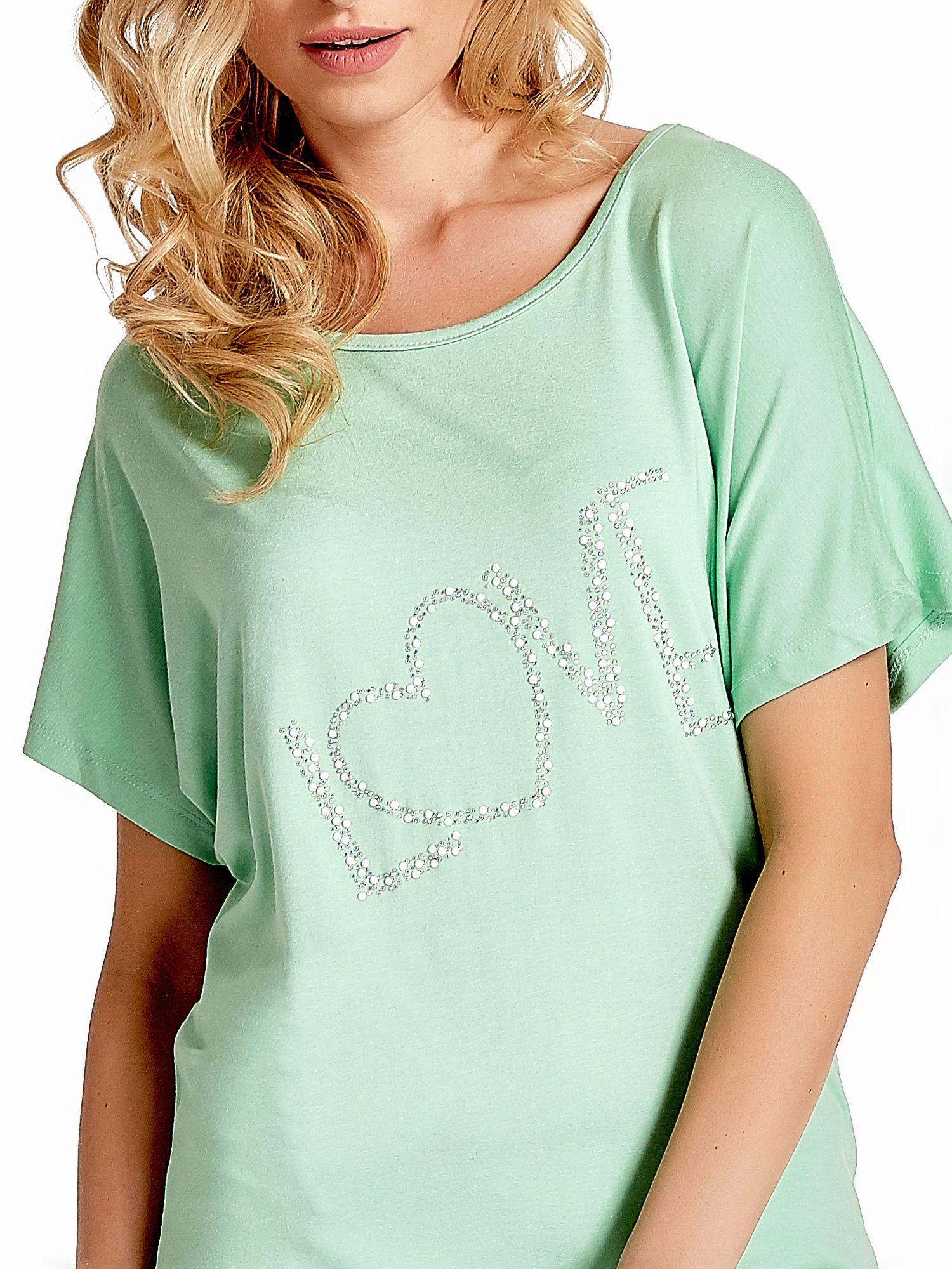 Miętowy t-shirt z biżuteryjnym napisem LOVE                                  zdj.                                  5