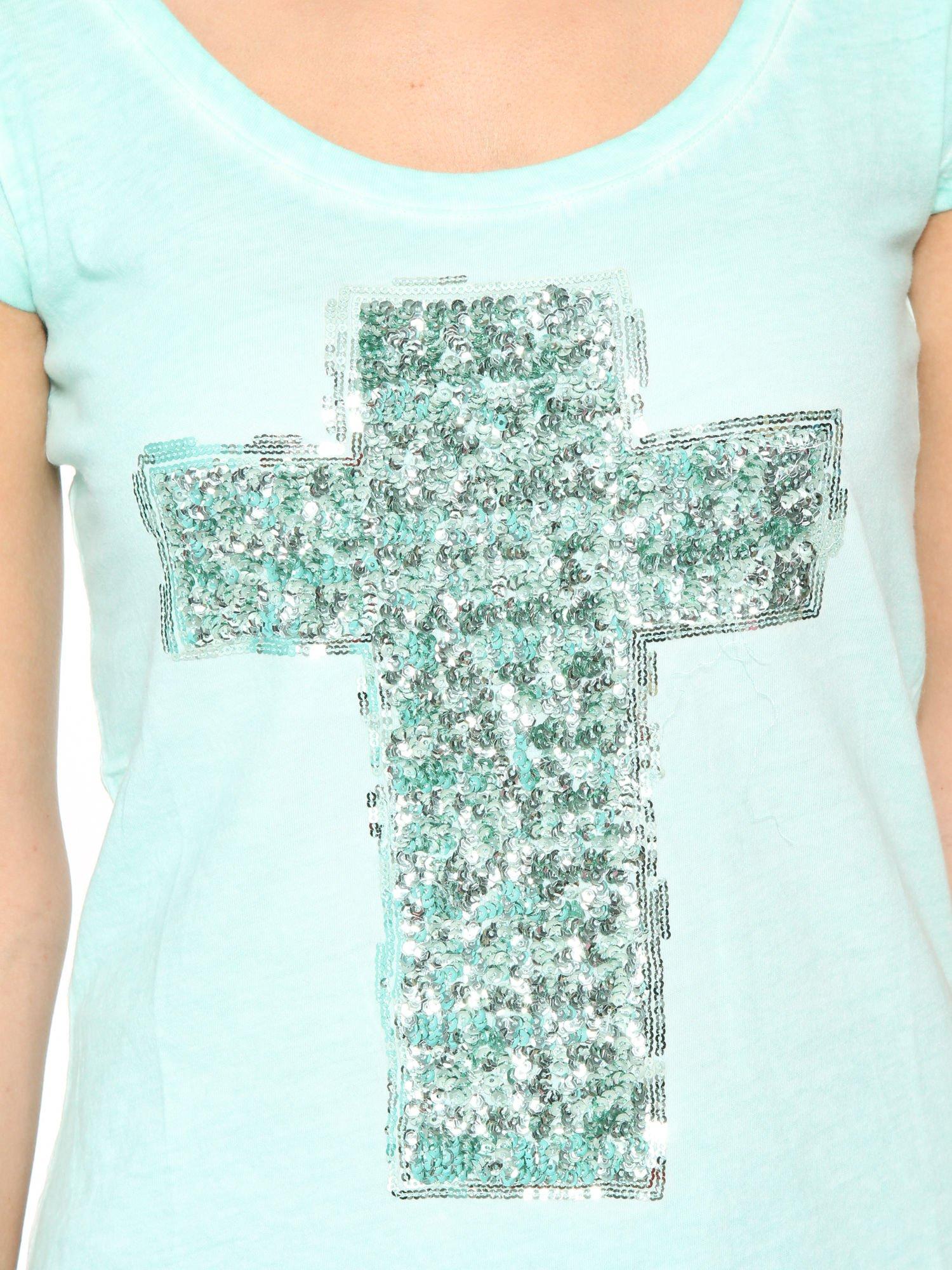 Miętowy t-shirt z cekinowym krzyżem                                  zdj.                                  7