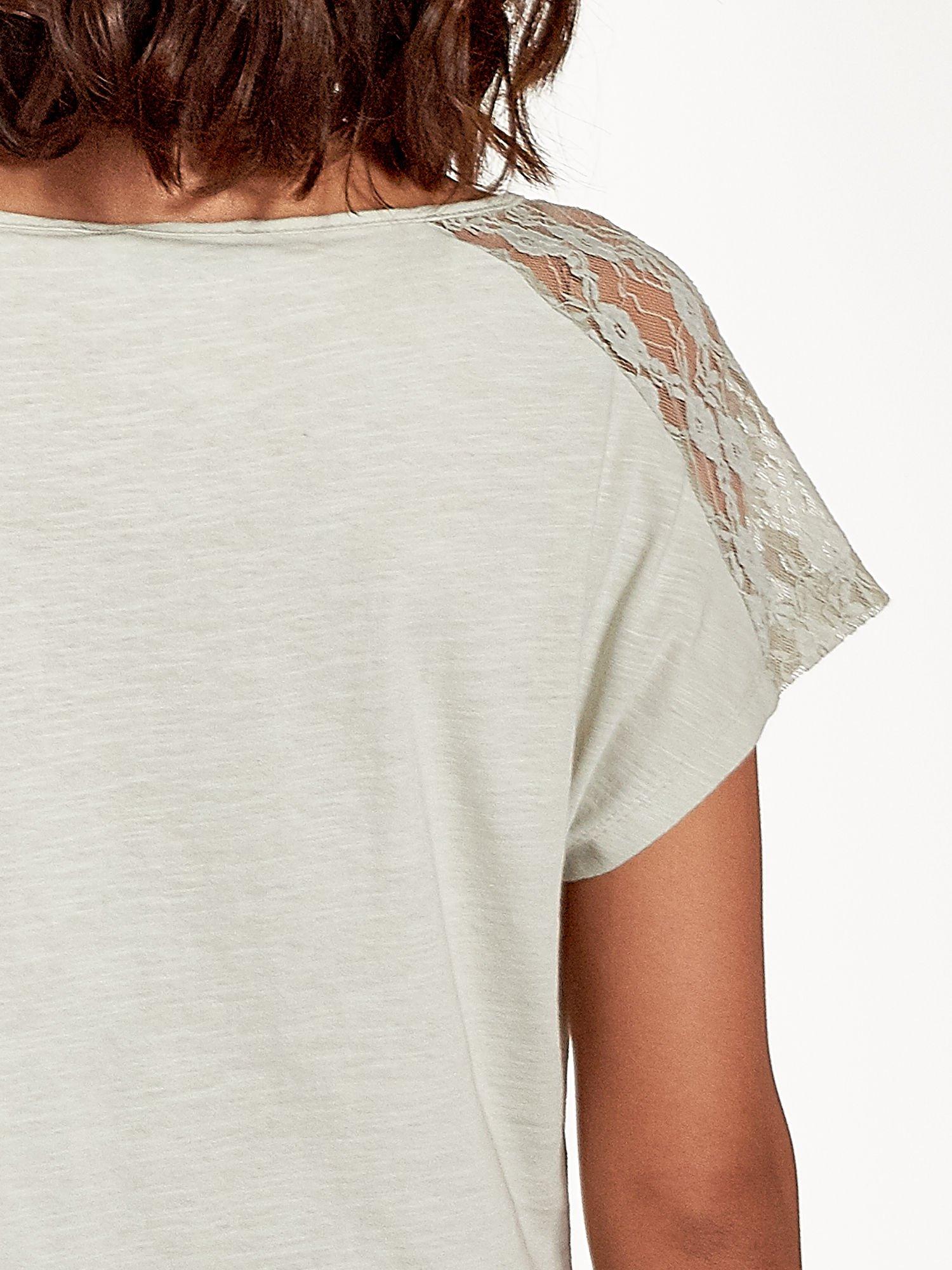 Miętowy t-shirt z koronkową aplikacją na górze                                  zdj.                                  7