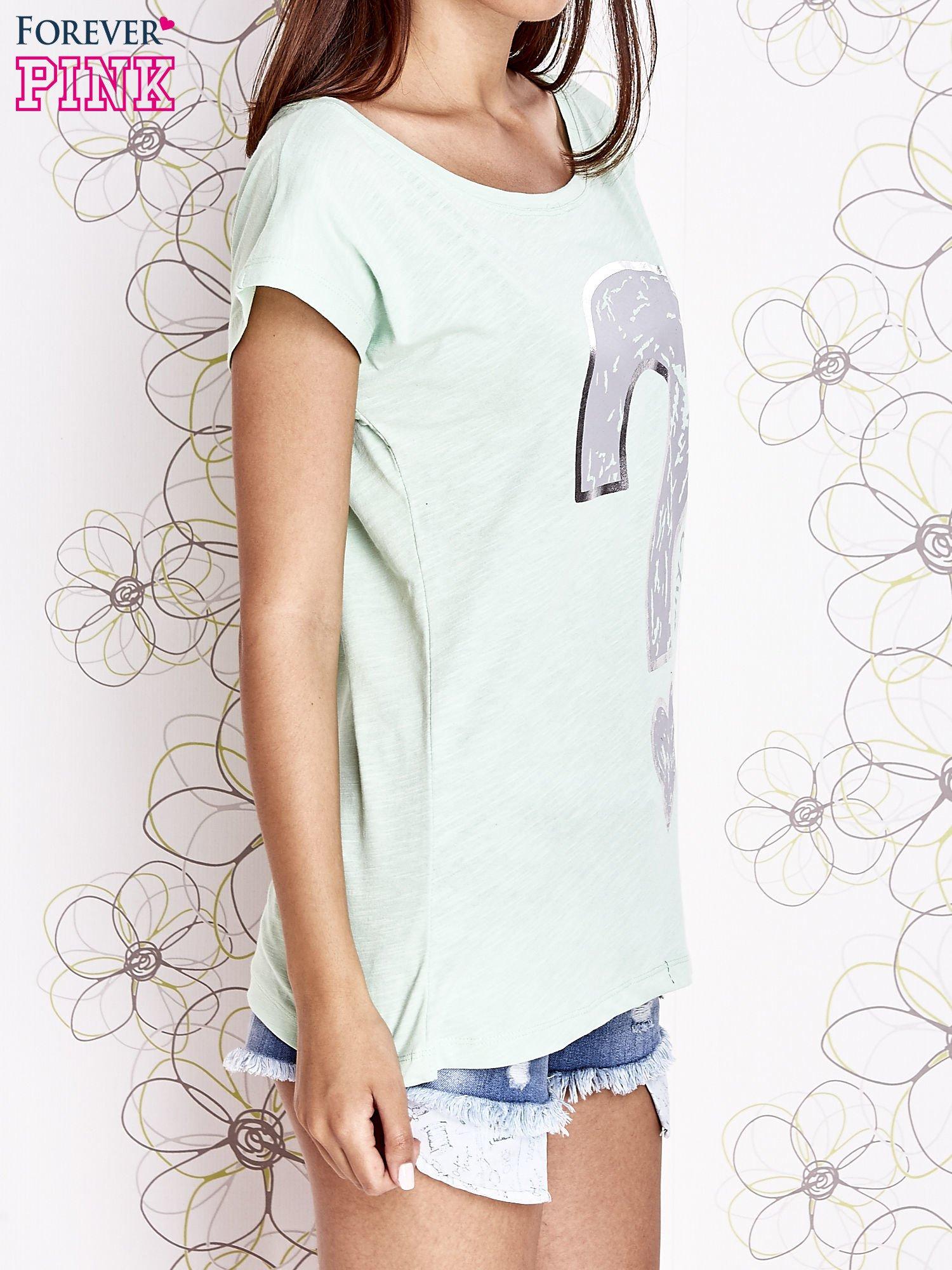 Miętowy t-shirt z nadrukiem znaku zapytania                                  zdj.                                  3