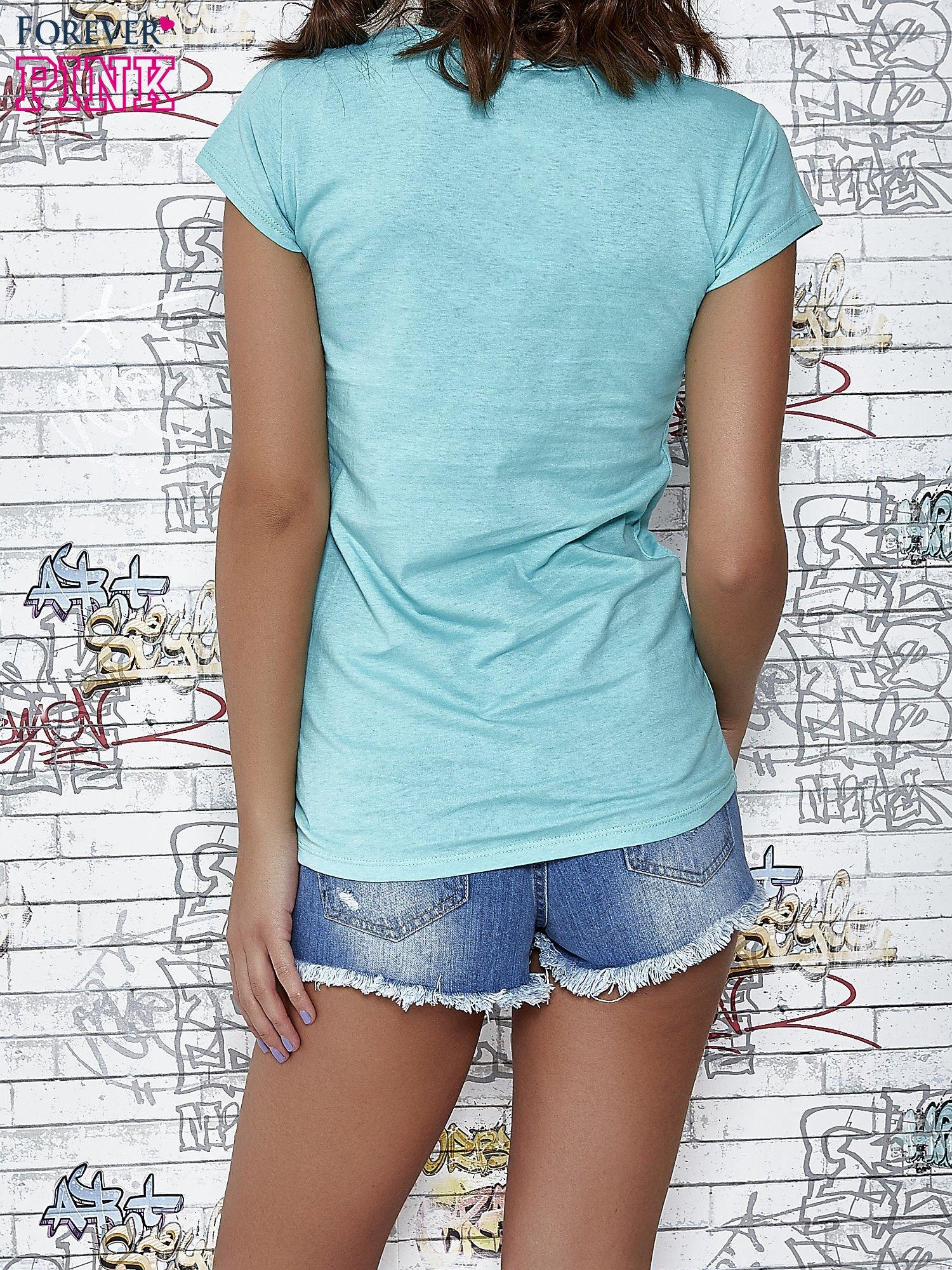 Miętowy t-shirt z napisem BARBIE WANTS TO BE ME                                  zdj.                                  4