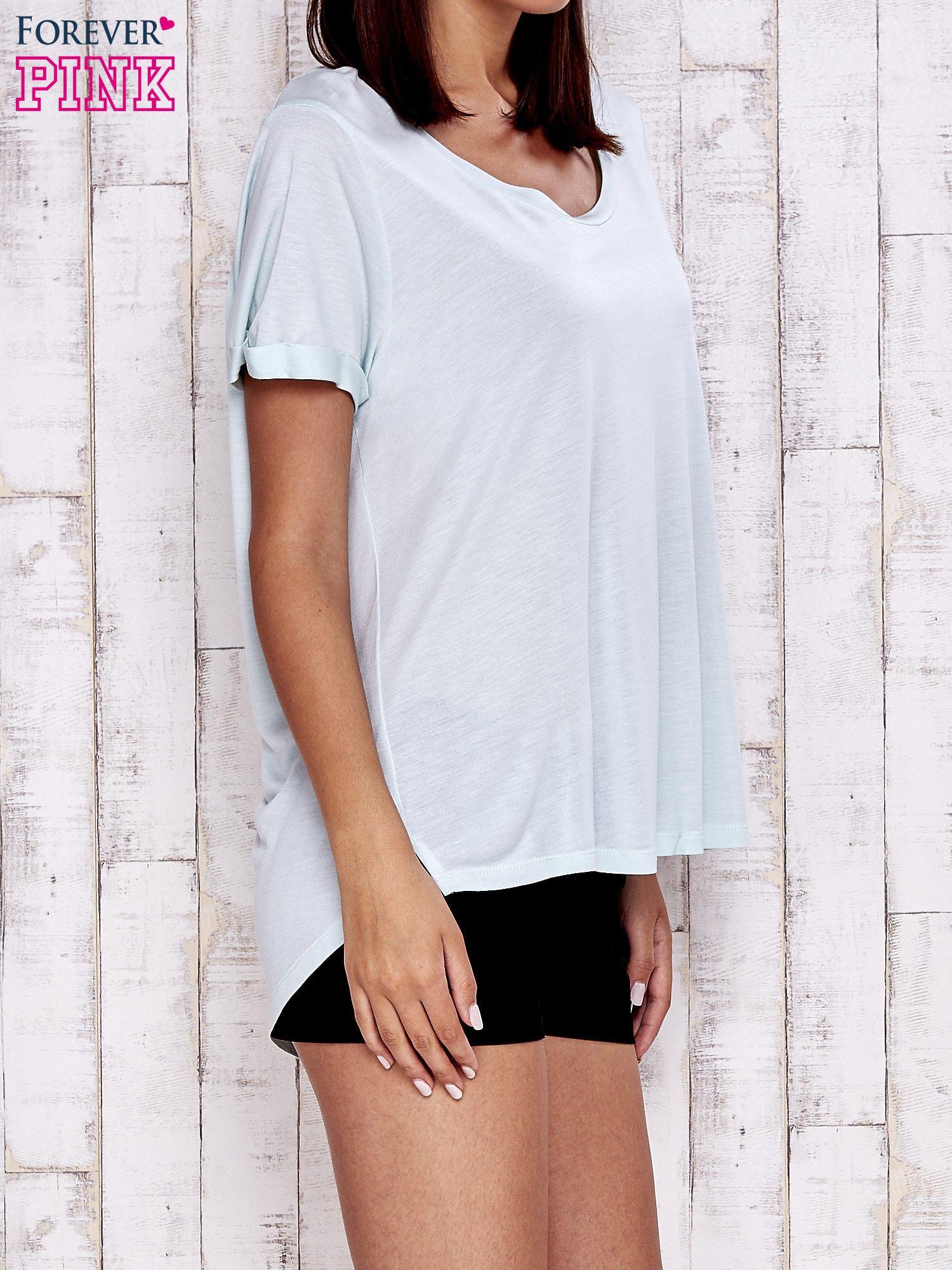 Miętowy t-shirt z przedłużanym tyłem                                  zdj.                                  3
