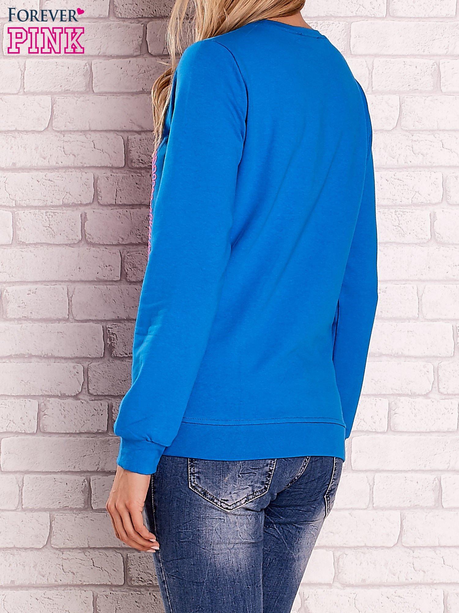 Niebieska bluza z kolorowym nadrukiem                                  zdj.                                  2