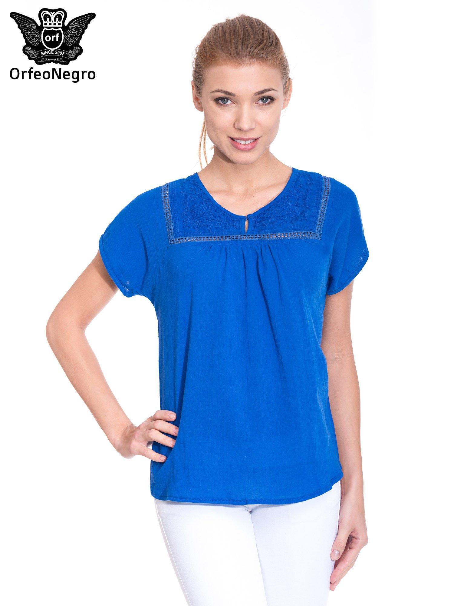 Niebieska bluzka koszulowa z haftem i ażurowaniem przy dekolcie                                  zdj.                                  1