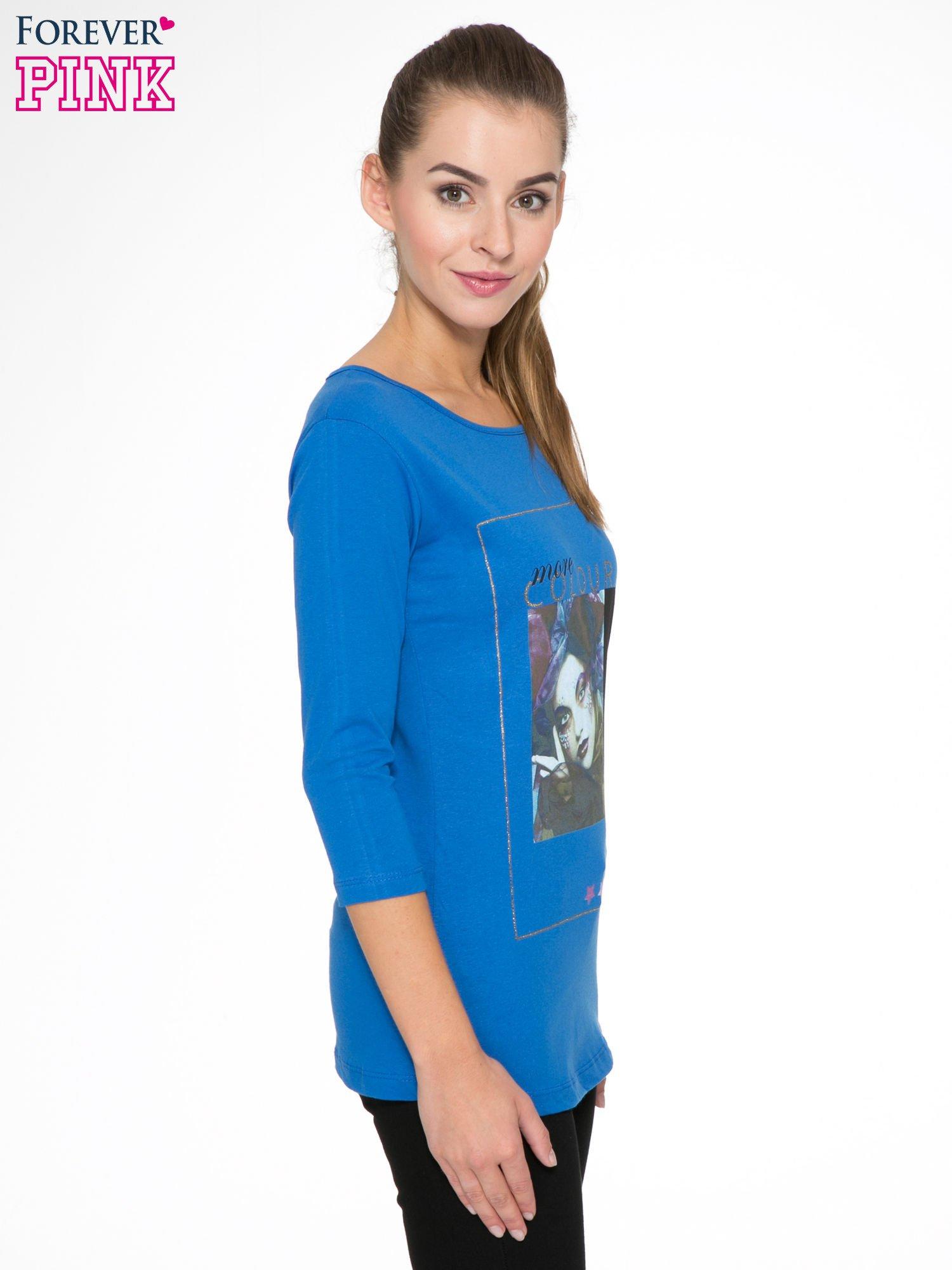 Niebieska bluzka z nadrukiem fashion i napisem MORE COLOUR                                  zdj.                                  3