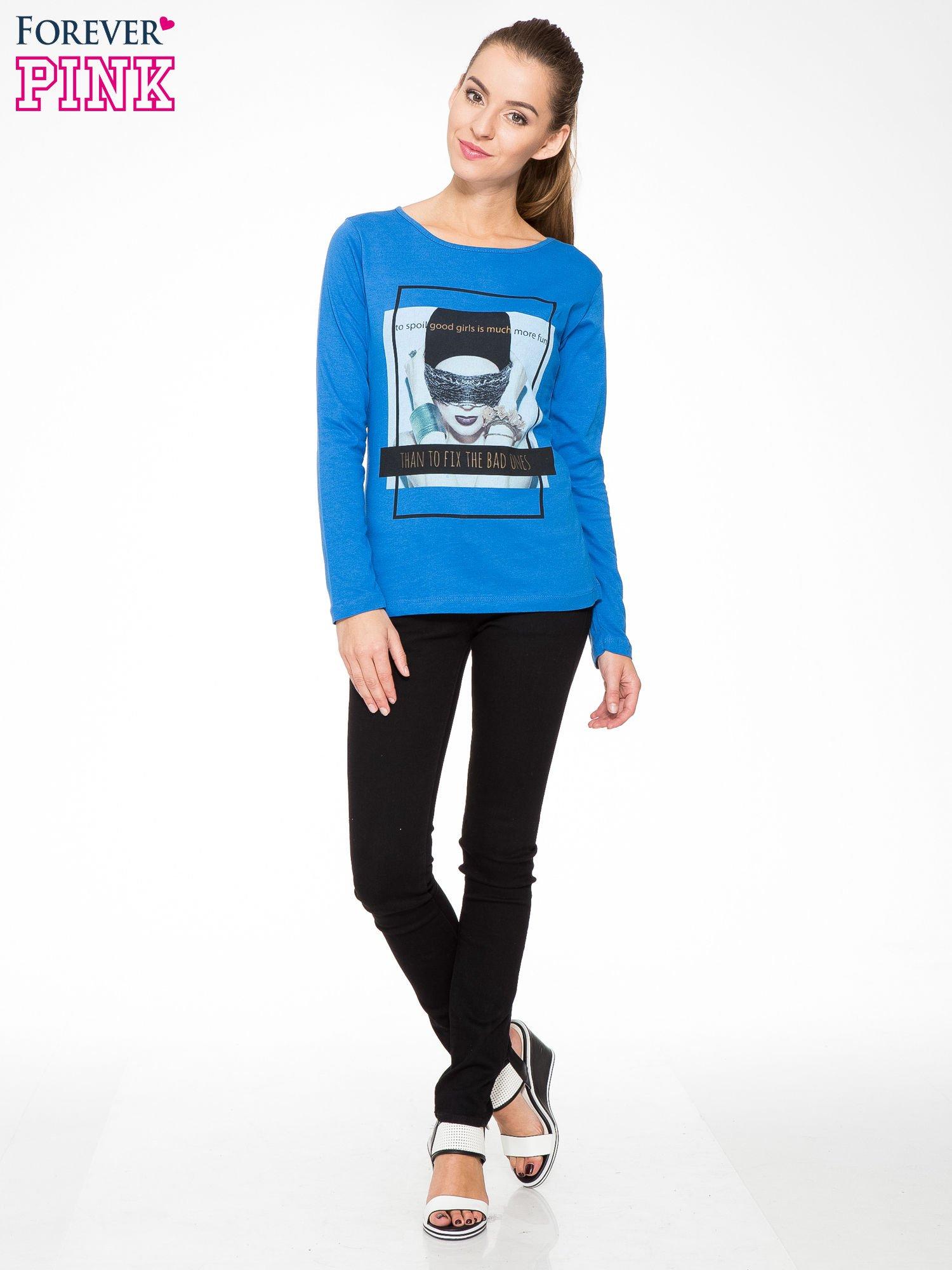 Niebieska bluzka z portretem kobiety i napisem GOOD GIRLS...                                  zdj.                                  2
