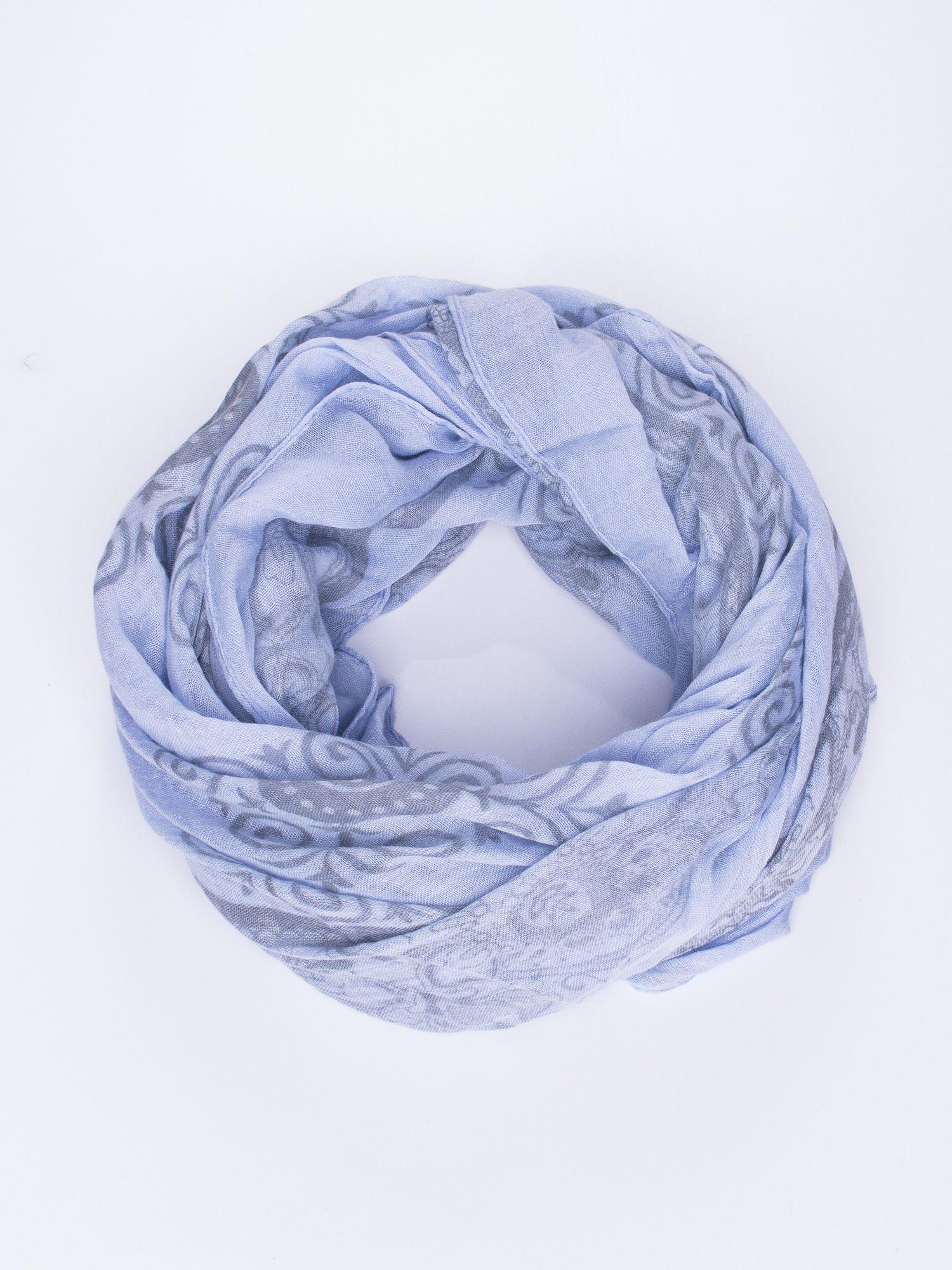 Niebieska chusta z dekoracyjnym ornamentem                                  zdj.                                  1