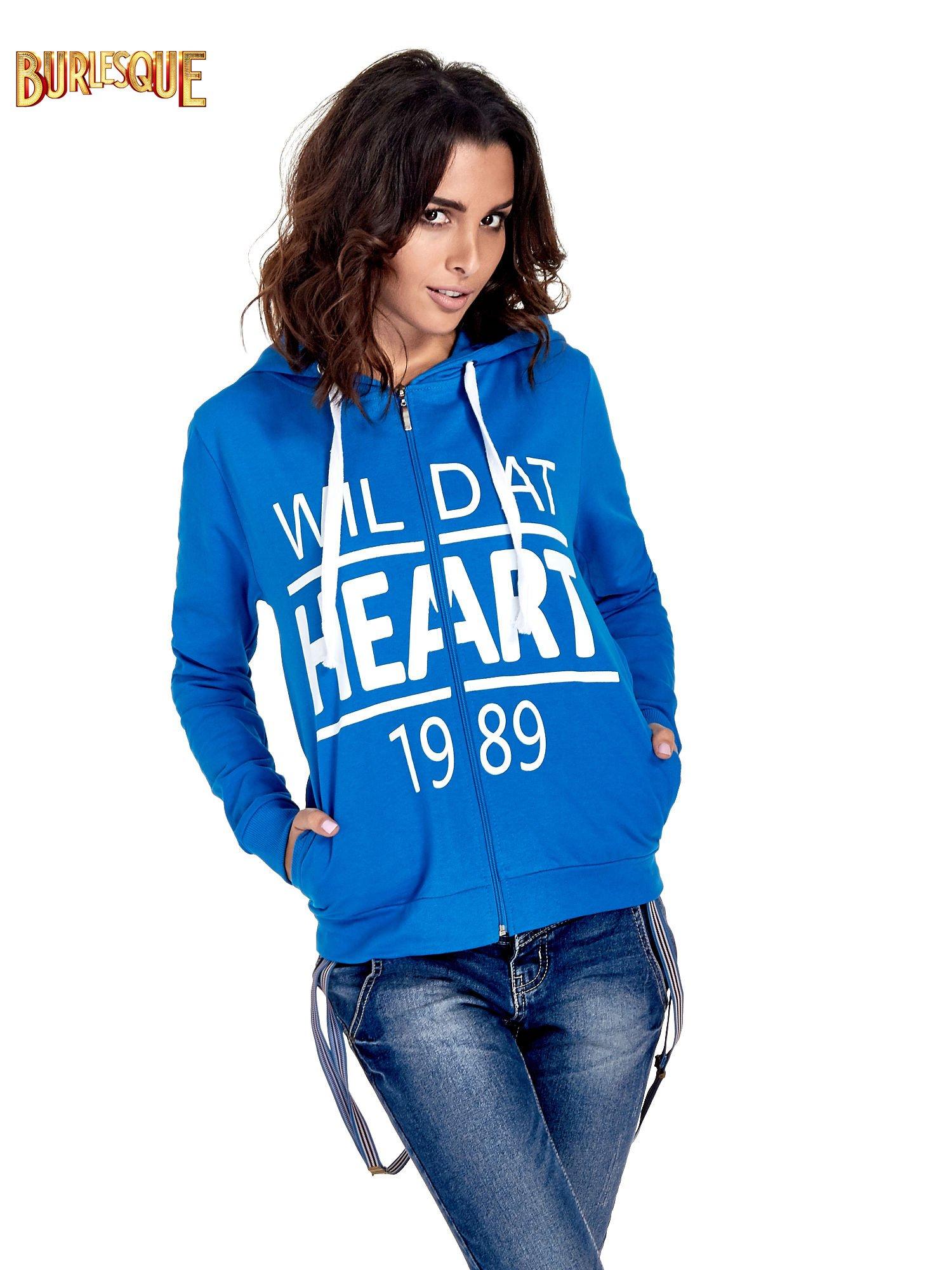 Niebieska damska bluza z kapturem i napisem WILD AT HEART 1989                                  zdj.                                  1