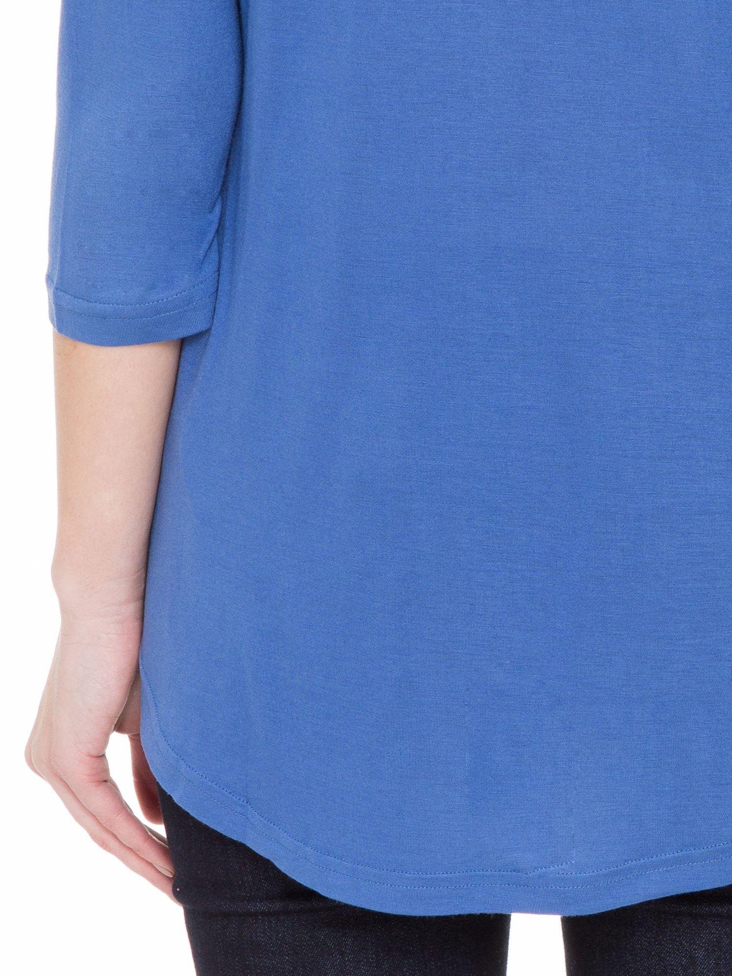 Niebieska gładka bluzka z ozdobnymi przeszyciami                                  zdj.                                  8