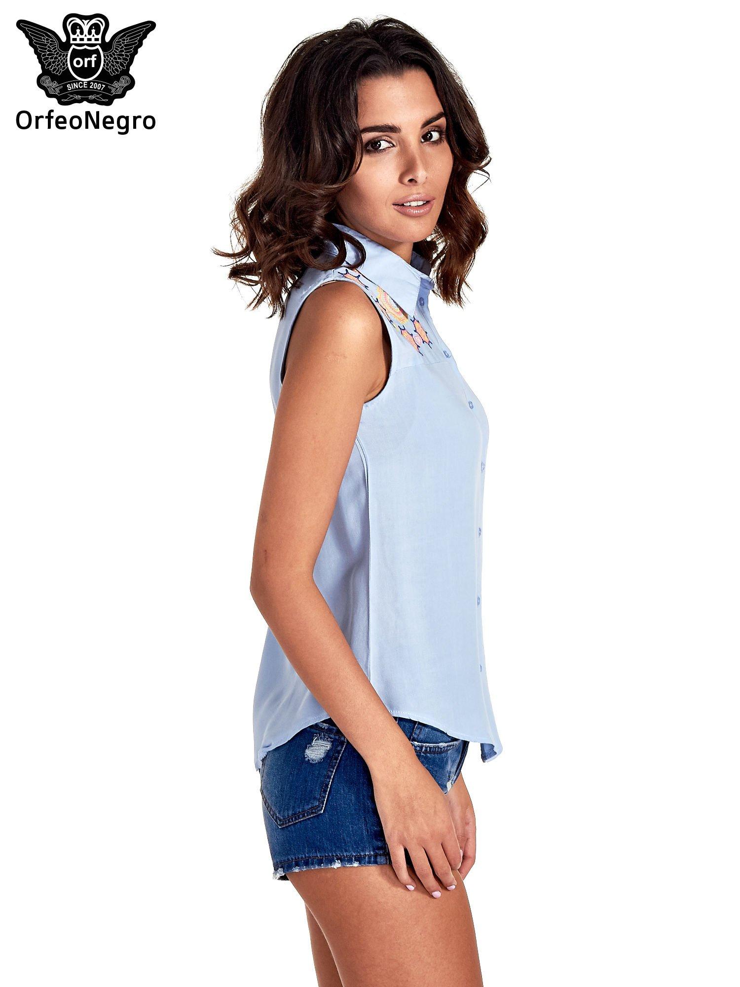 Niebieska koszula bez rękawów z kolorowym haftem na górze                                  zdj.                                  3
