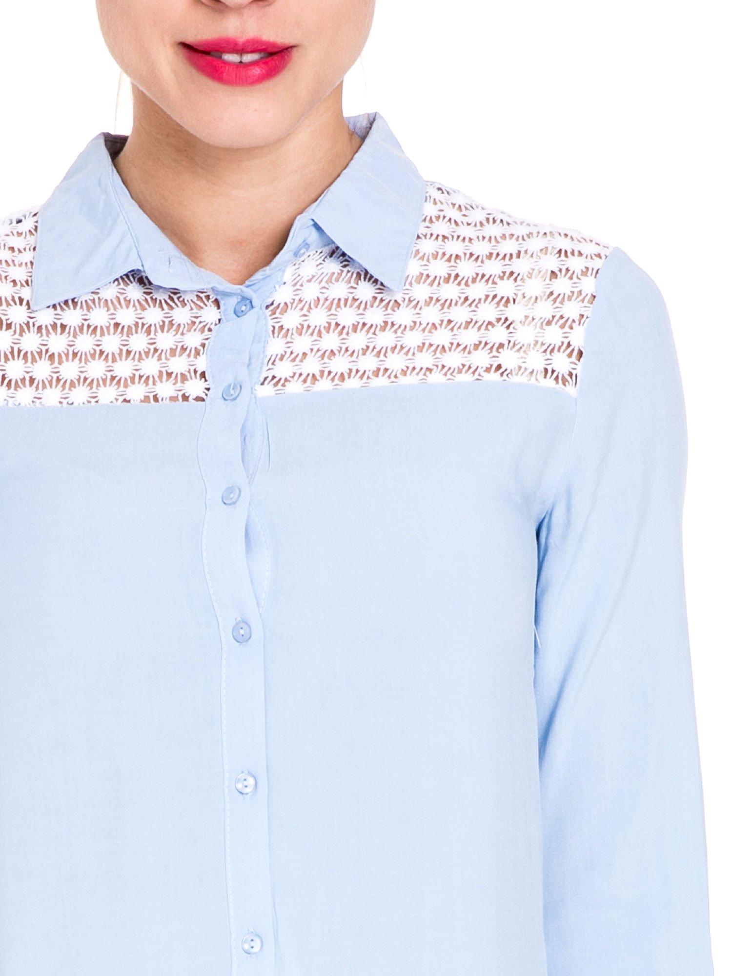 Niebieska koszula damska z koronkową górą                                  zdj.                                  7
