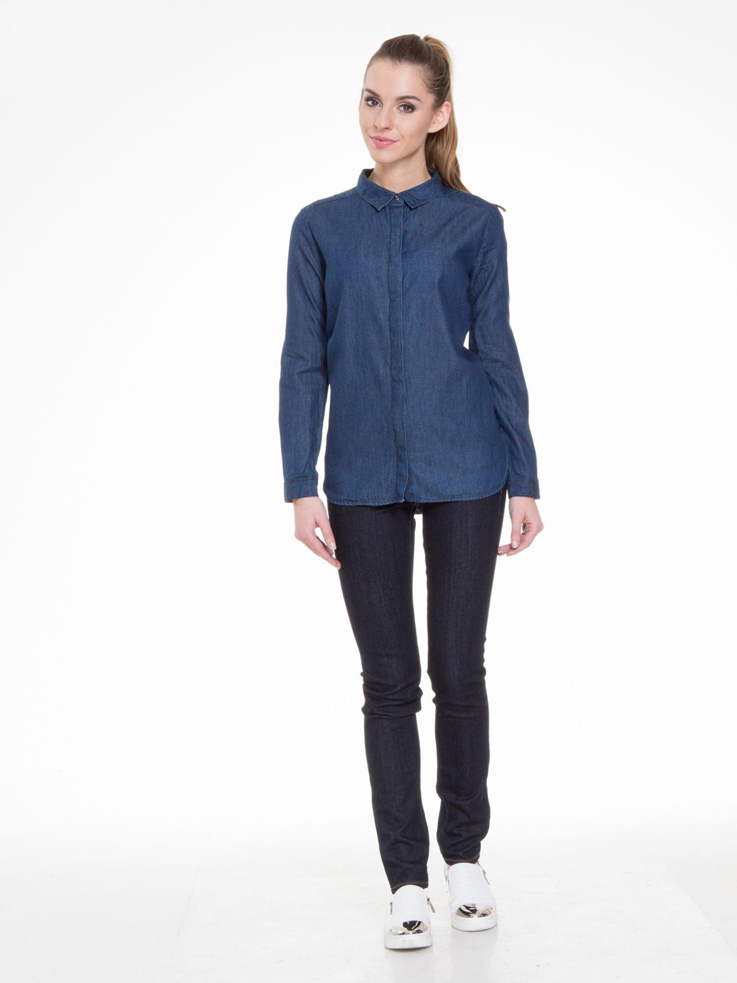 Niebieska koszula jeansowa z kołnierzykiem i krytą listwą                                  zdj.                                  4