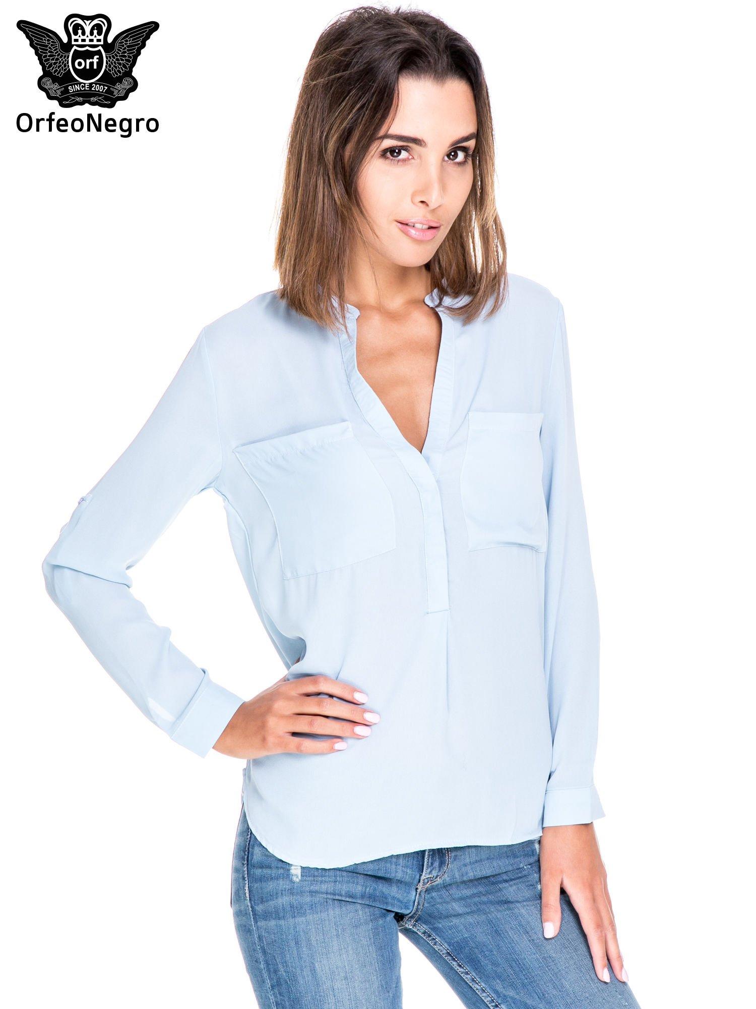 Niebieska koszula z dużymi kieszeniami i dekoltem w serek                                  zdj.                                  1