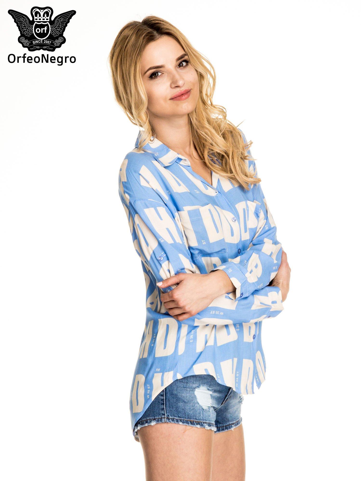 Niebieska koszula z nadrukiem literowym                                  zdj.                                  3
