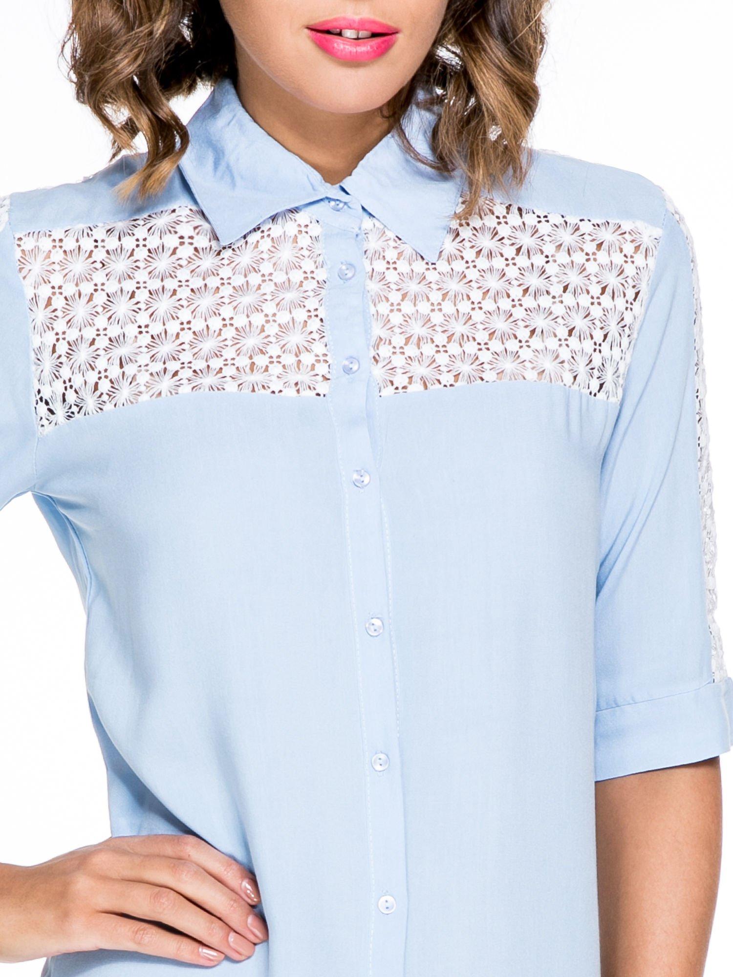 Niebieska koszula z rękawem do łokcia i koronką                                  zdj.                                  5
