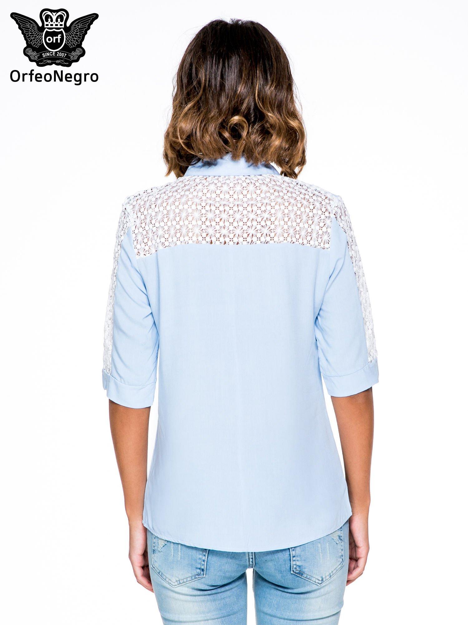 Niebieska koszula z rękawem do łokcia i koronką                                  zdj.                                  4