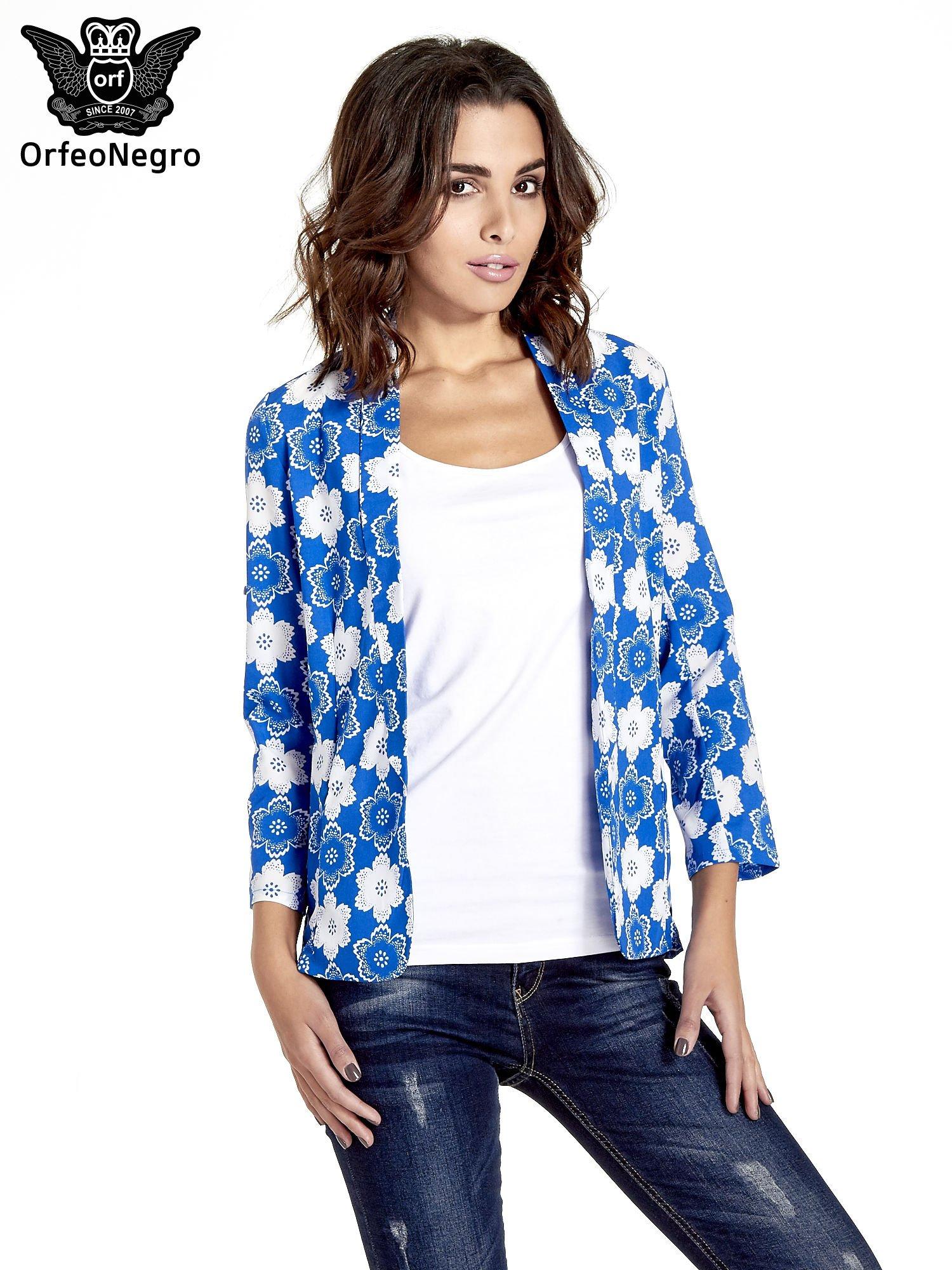 Niebieska koszulonarzutka we wzór w kwiaty                                  zdj.                                  1