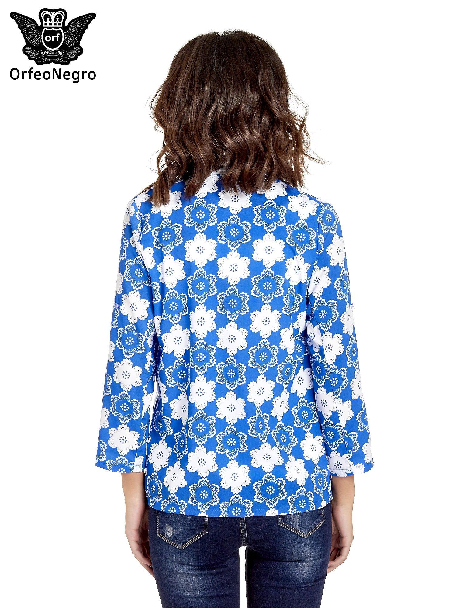 Niebieska koszulonarzutka we wzór w kwiaty                                  zdj.                                  4