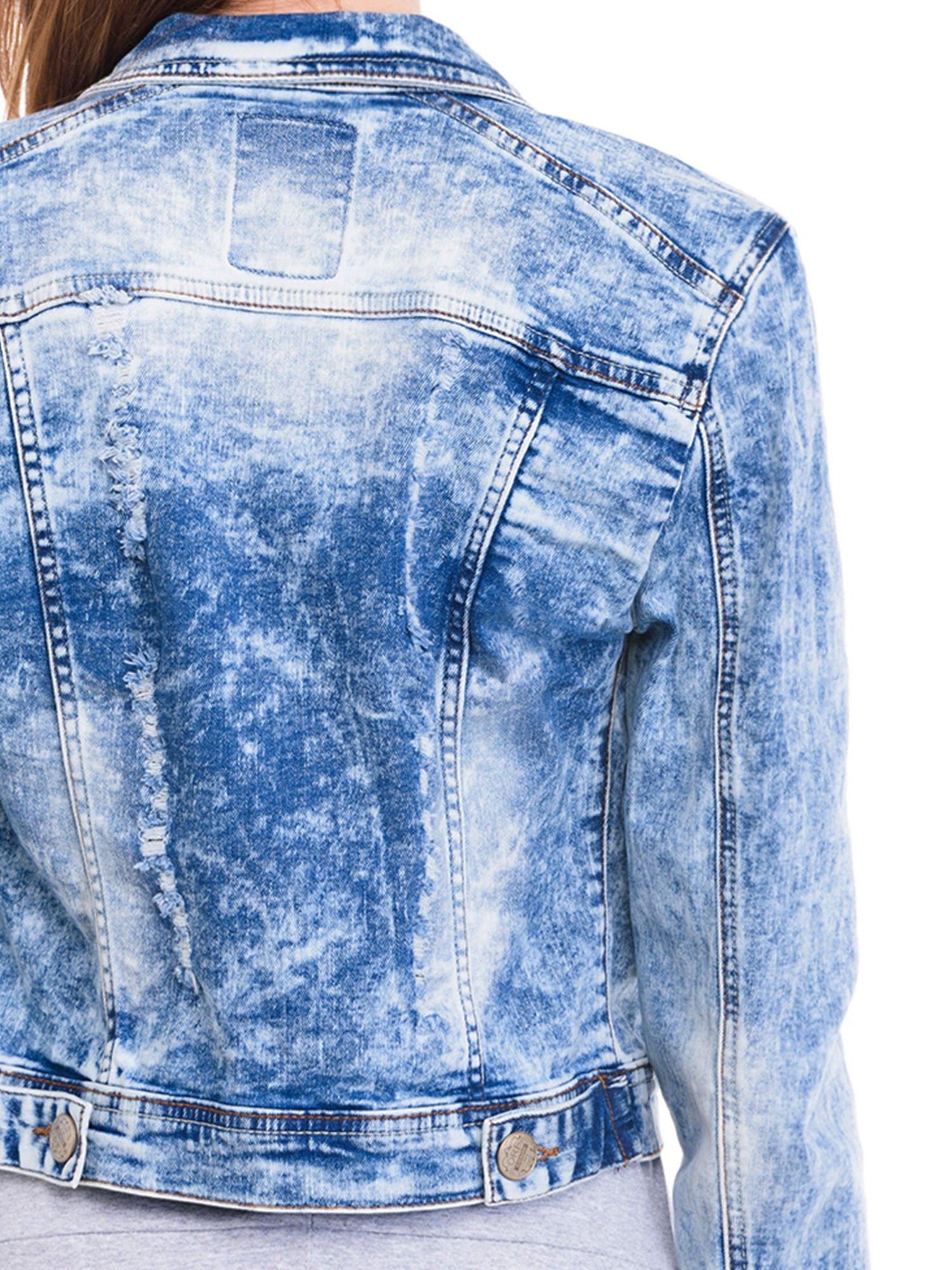 Niebieska kurtka jeansowa damska z marmurkowego denimu                                  zdj.                                  7