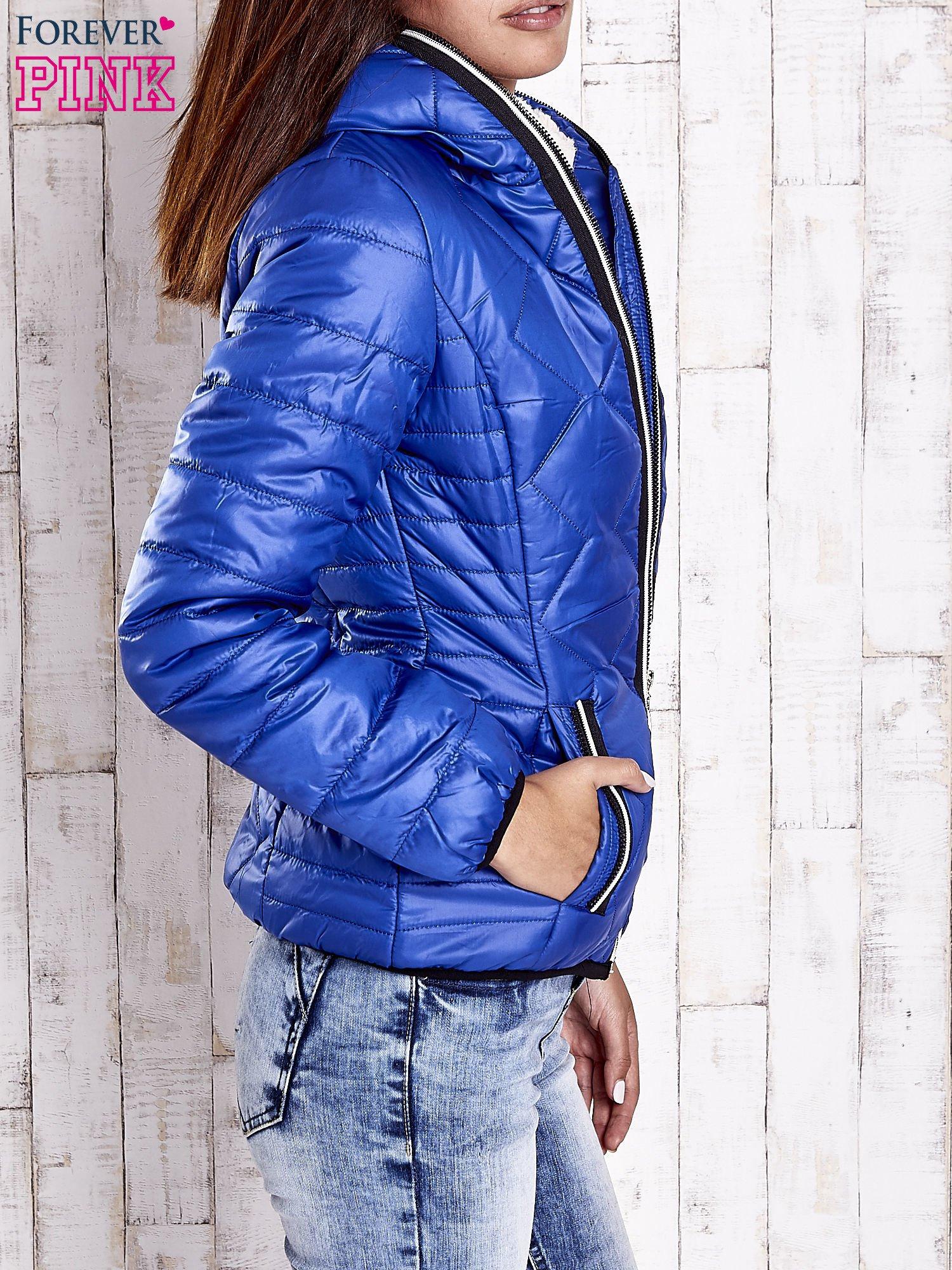 Niebieska pikowana kurtka z futrzaną podszewką                                  zdj.                                  3