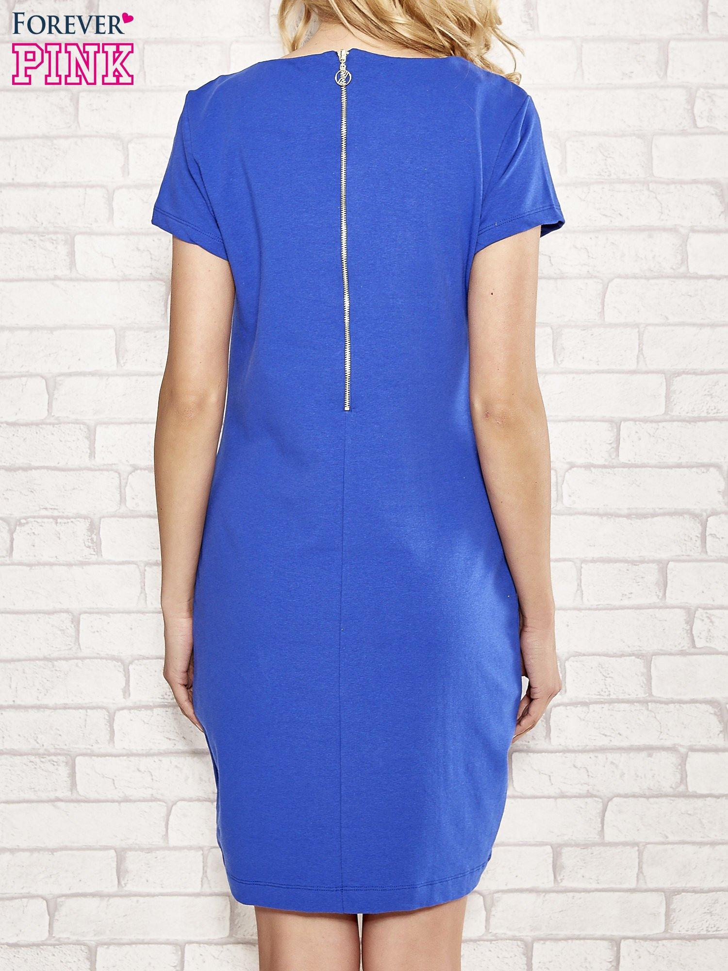 Niebieska sukienka dresowa o prostym kroju                                  zdj.                                  4