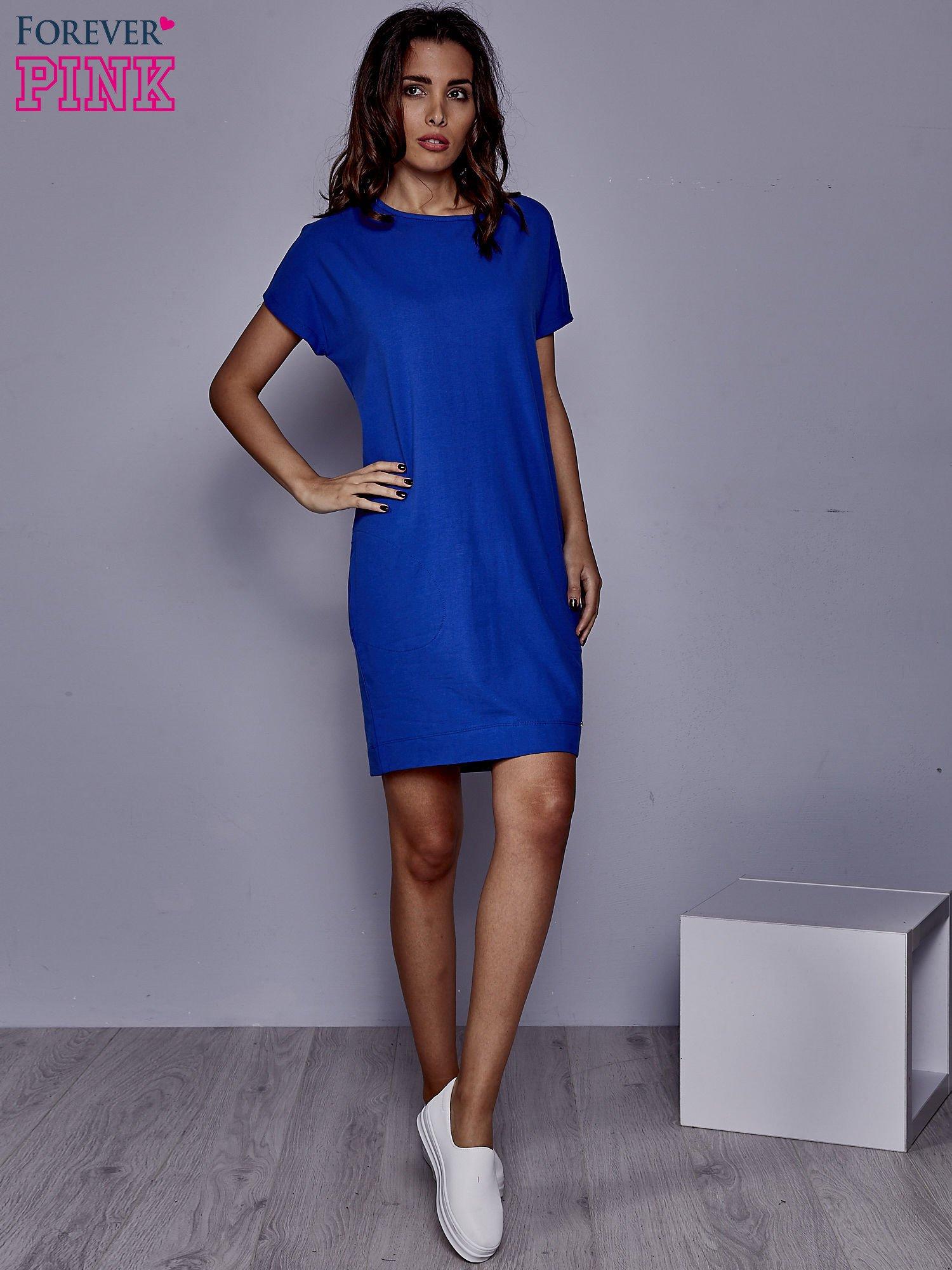 Niebieska sukienka dresowa z kieszeniami po bokach                                  zdj.                                  2