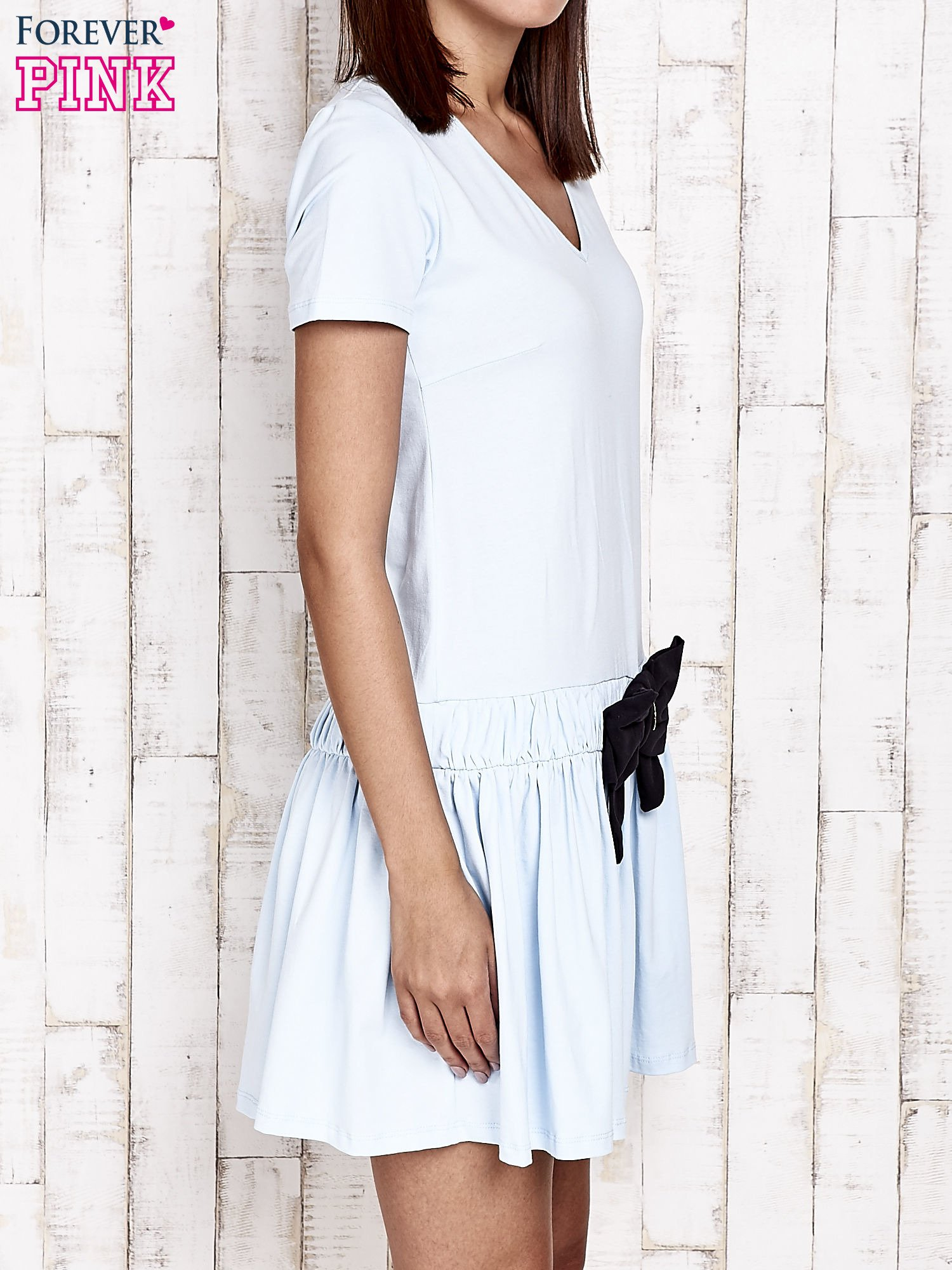Niebieska sukienka dresowa z kokardą z przodu                                  zdj.                                  3