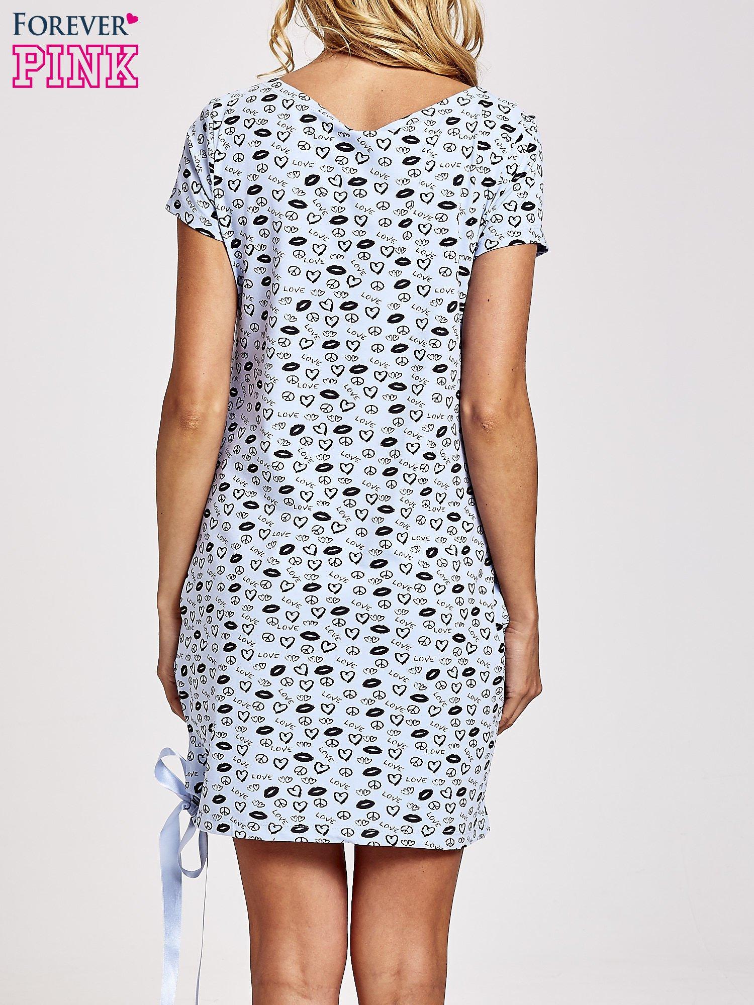 Niebieska sukienka dresowa z nadrukiem ust i ozdobną wstążką                                  zdj.                                  5