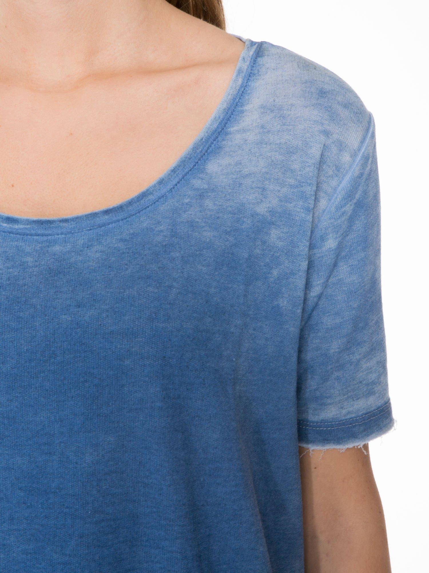 Niebieska sukienka typu t-shirt bluzka z efektem dekatyzowania                                  zdj.                                  5
