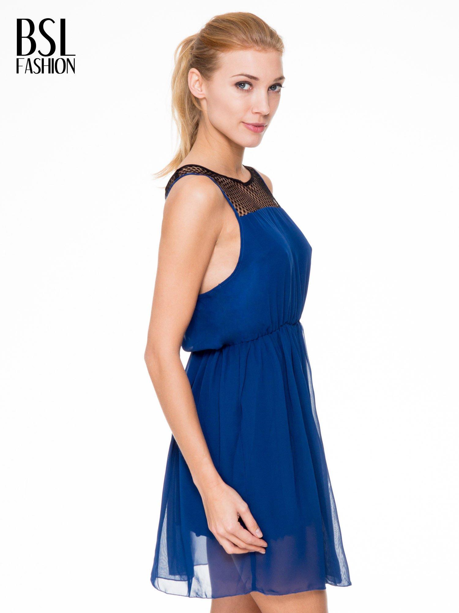 Niebieska sukienka z koronkowym karczkiem                                  zdj.                                  3