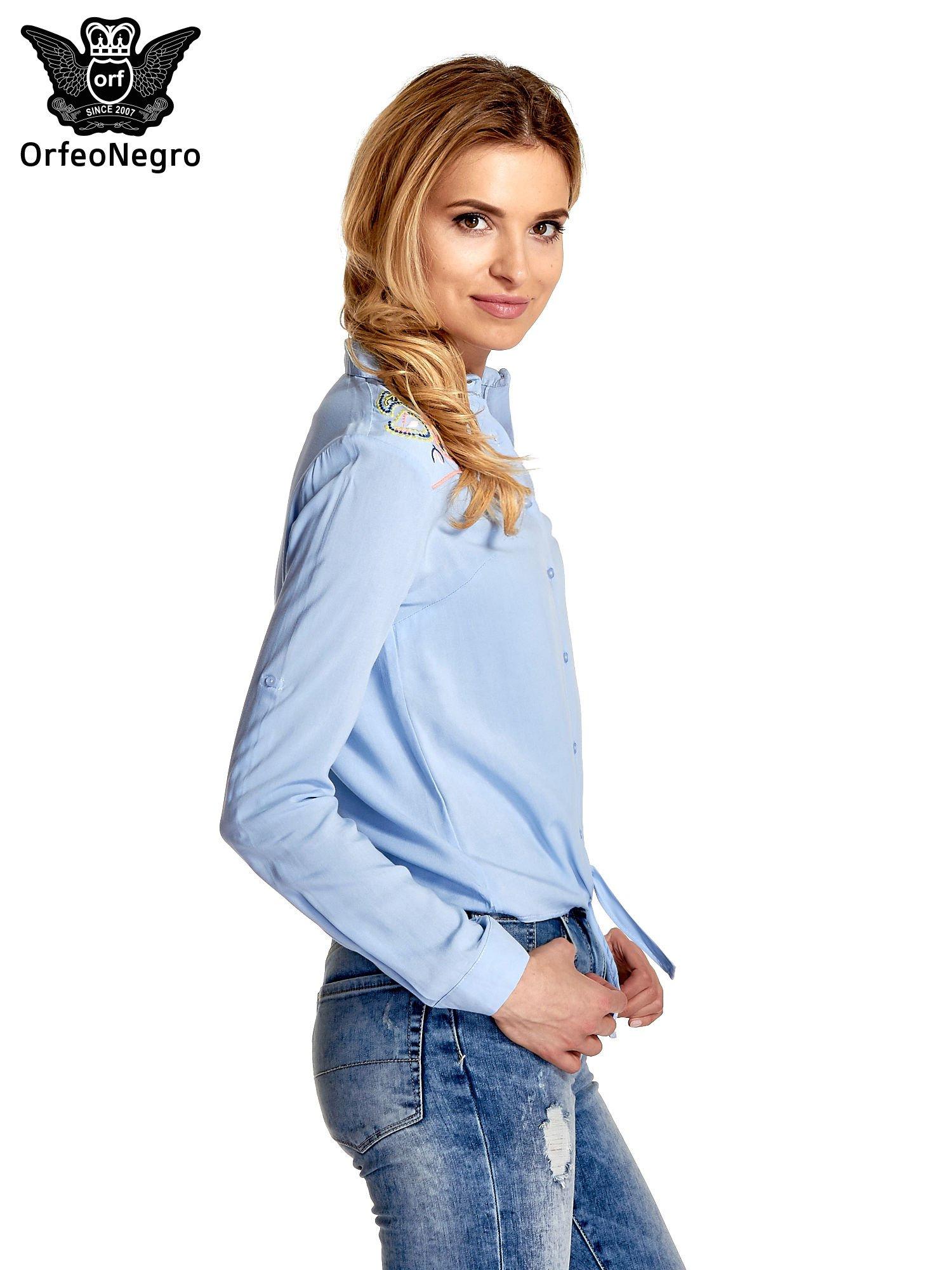 Niebieska wiązana koszula z aplikacjami na ramionach                                  zdj.                                  3