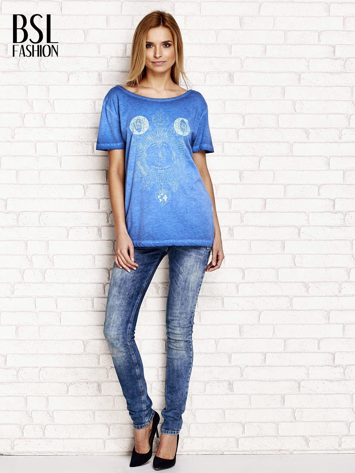 Niebieski dekatyzowany t-shirt z dekoltem na plecach                                  zdj.                                  4