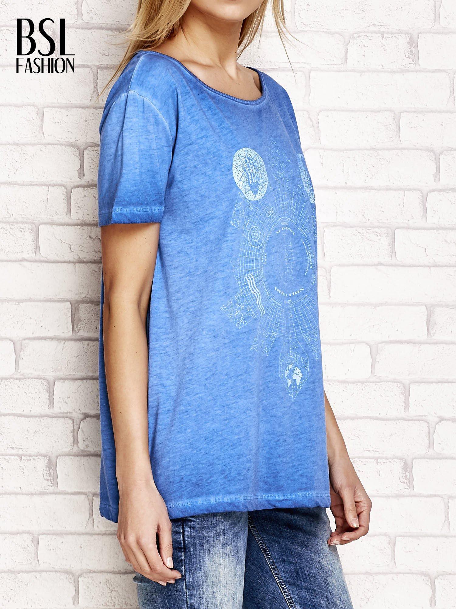 Niebieski dekatyzowany t-shirt z dekoltem na plecach                                  zdj.                                  3