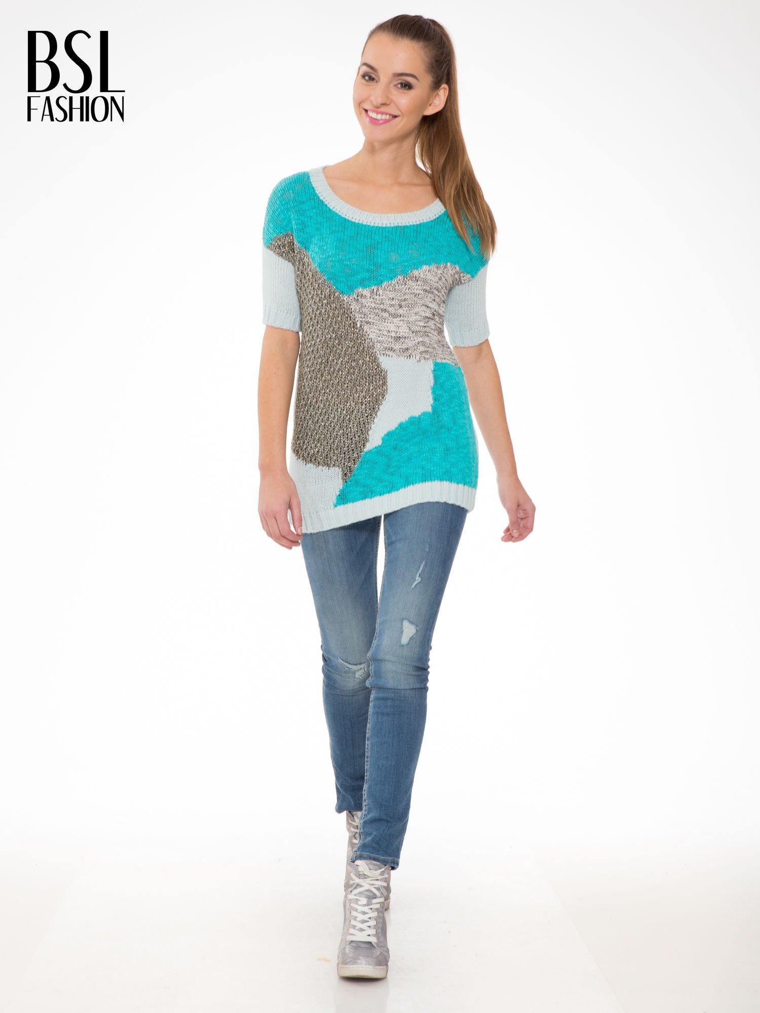 Niebieski patchworkowy sweter z krótkim rękawem                                  zdj.                                  2