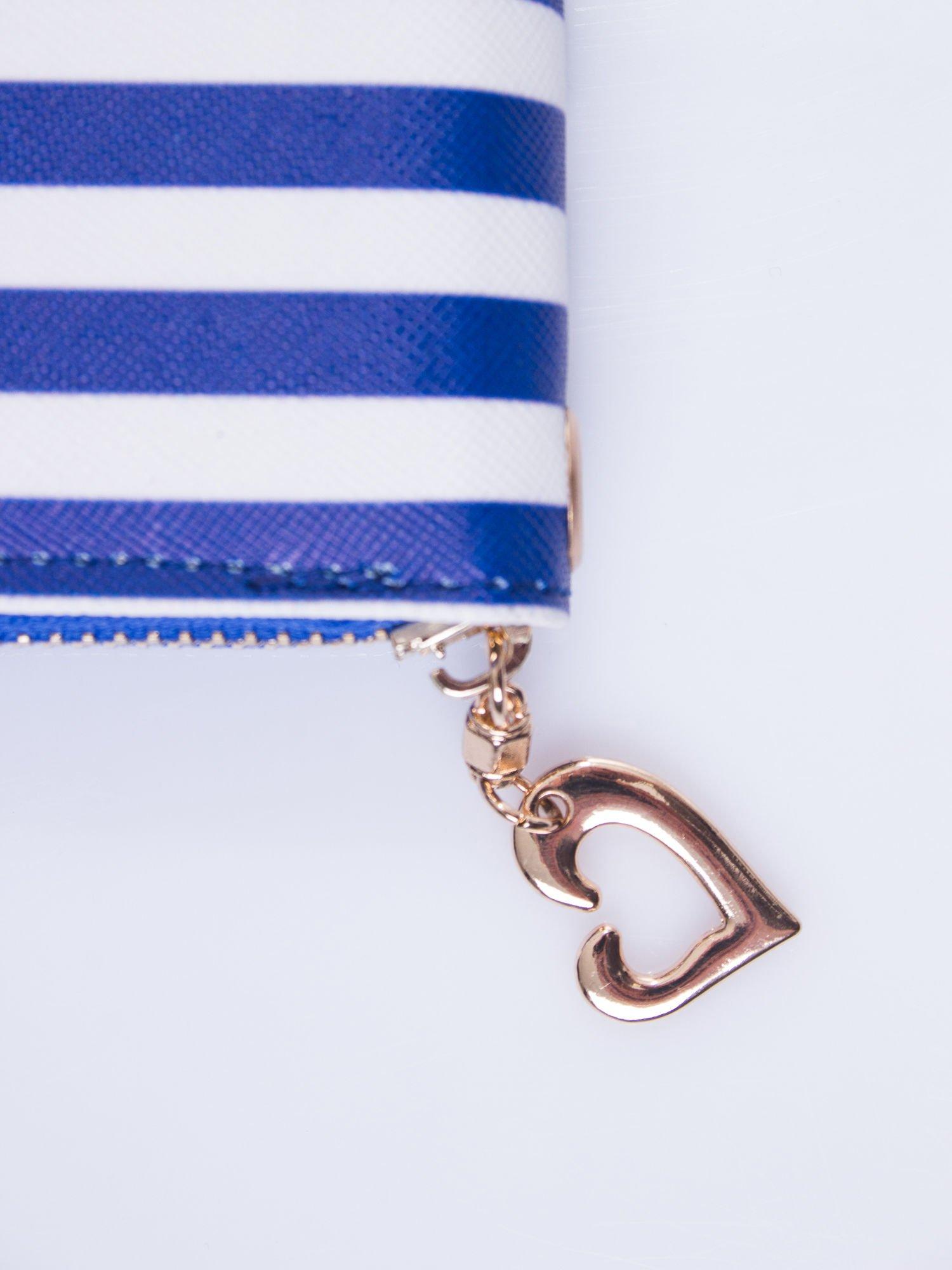 Niebieski portfel w paski z uchwytem                                  zdj.                                  4