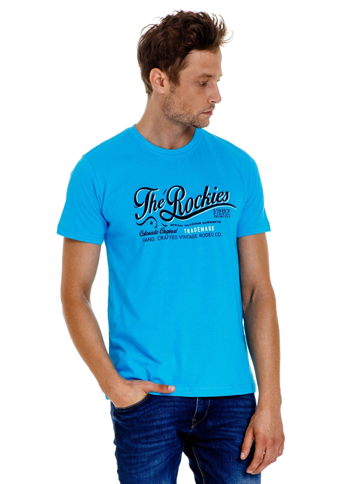 Niebieski t-shirt męski z nadrukiem napisu THE ROCKIES                                  zdj.                                  2