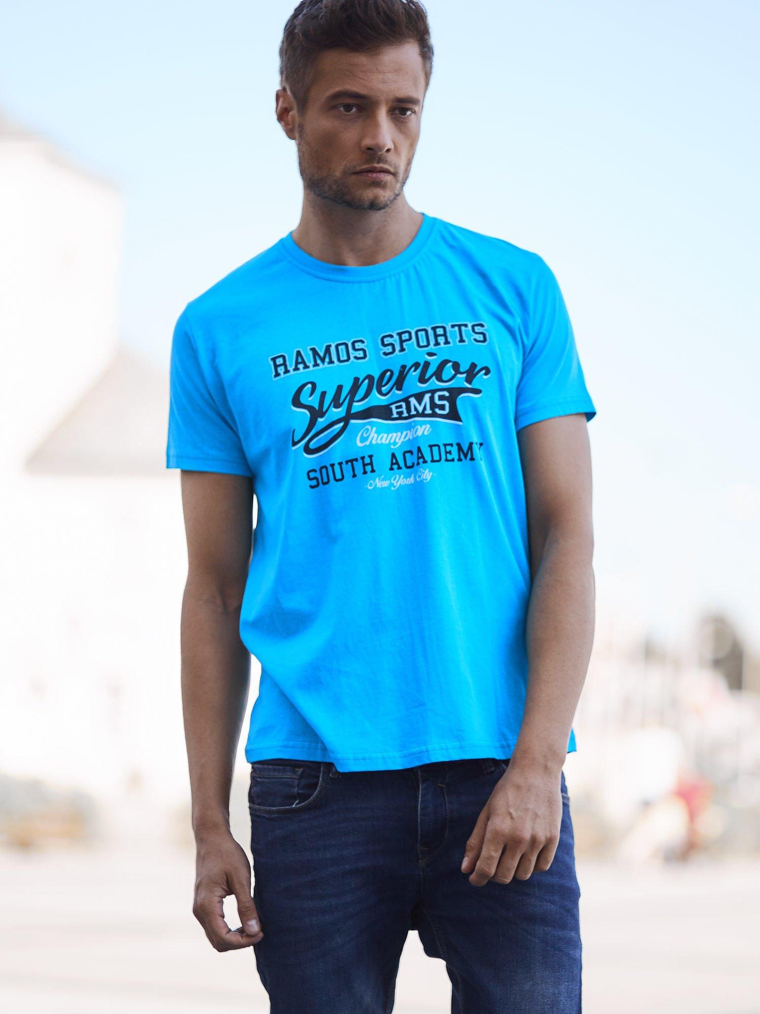 Niebieski t-shirt męski ze sportowym nadrukiem i napisem SUPERIOR                                  zdj.                                  1