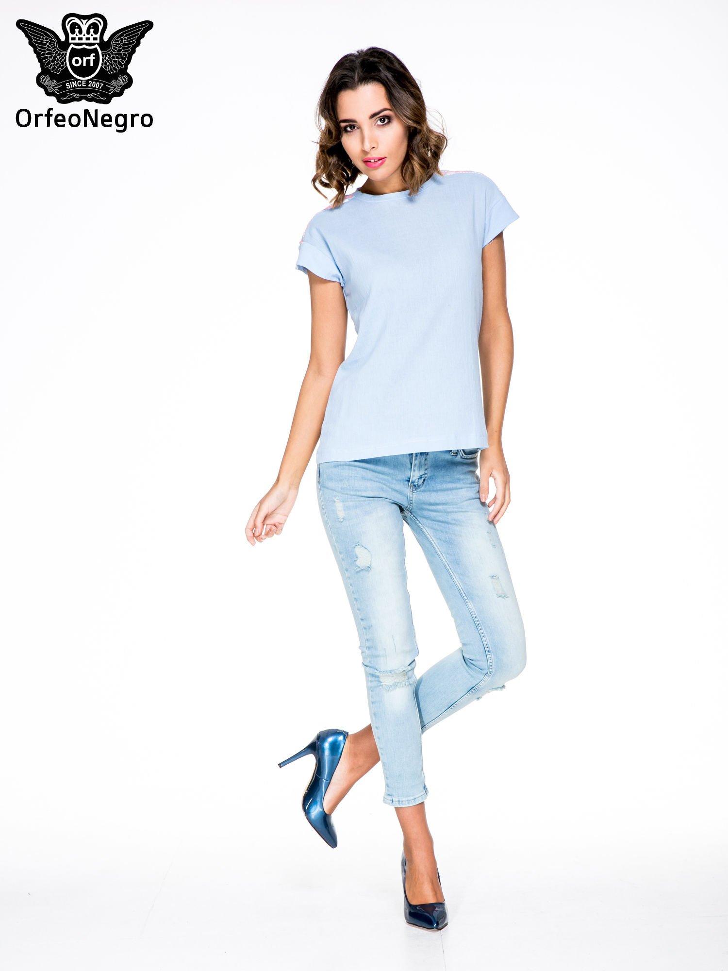 Niebieski t-shirt z haftem na plecach zdobionym cekinami                                   zdj.                                  2