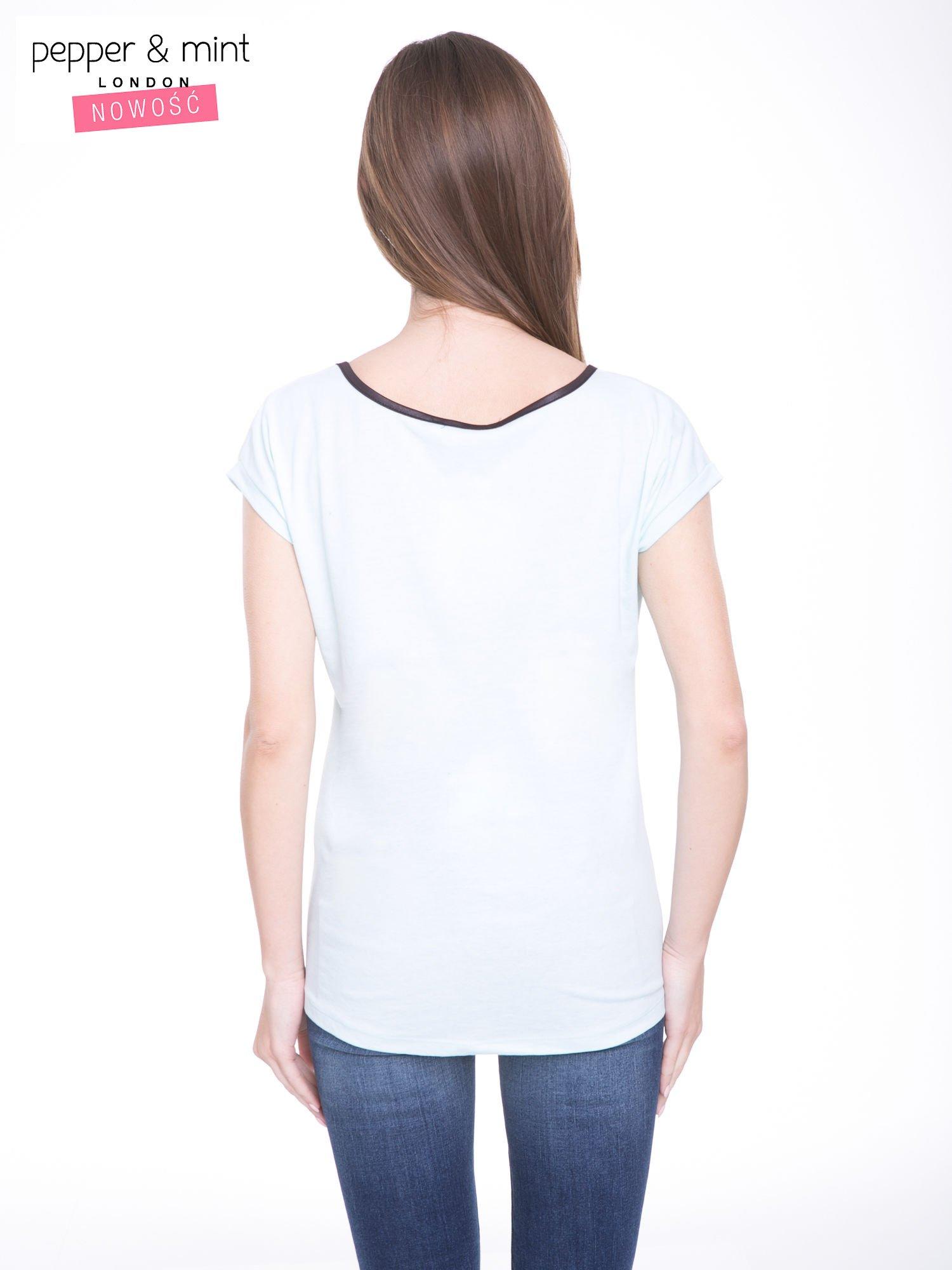 Niebieski t-shirt z kwiatowym nadrukiem i napisem UNIMAGINABLE SENSE                                  zdj.                                  4