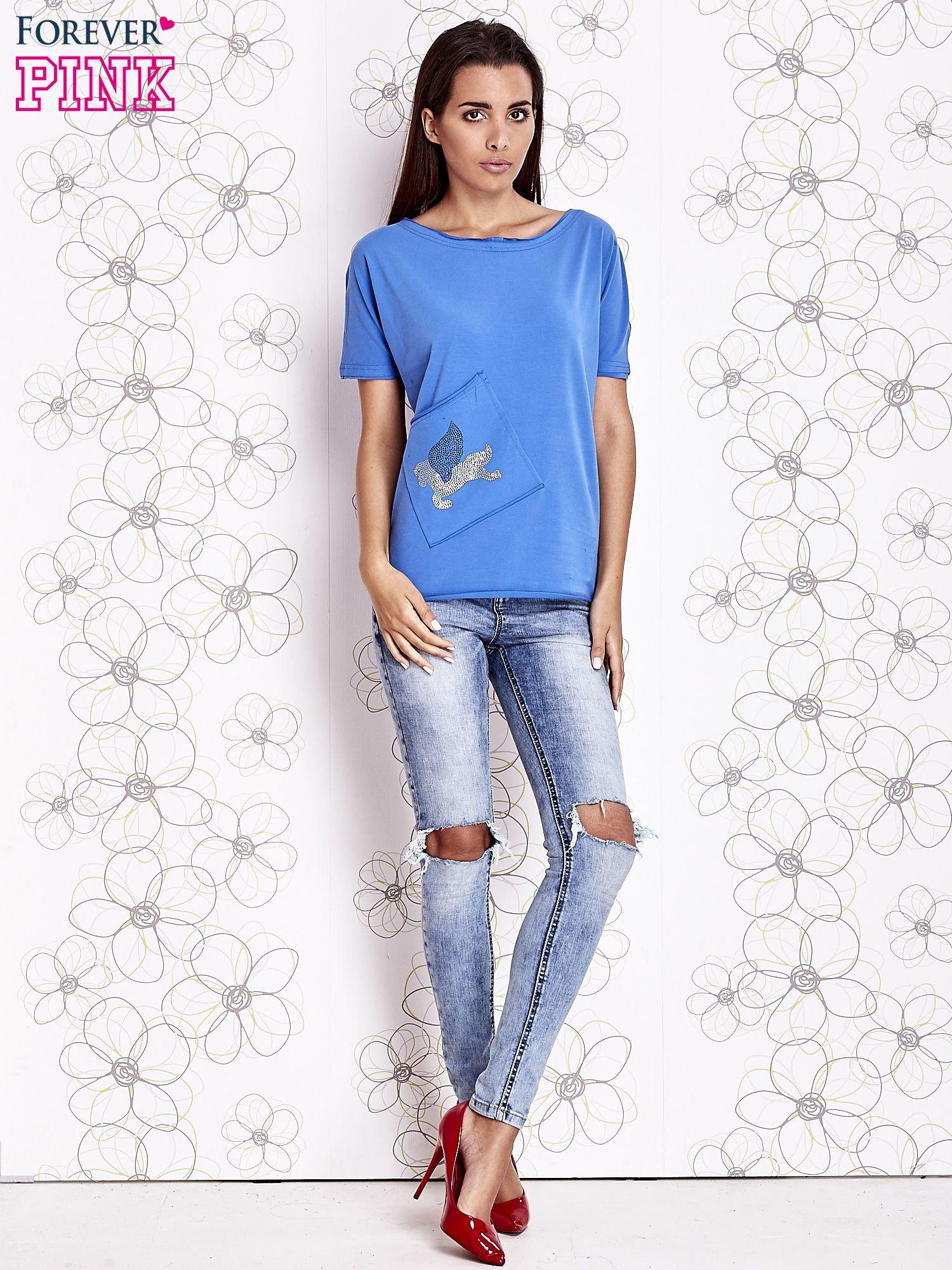 Niebieski t-shirt z ukośną kieszenią i dżetami                                  zdj.                                  2