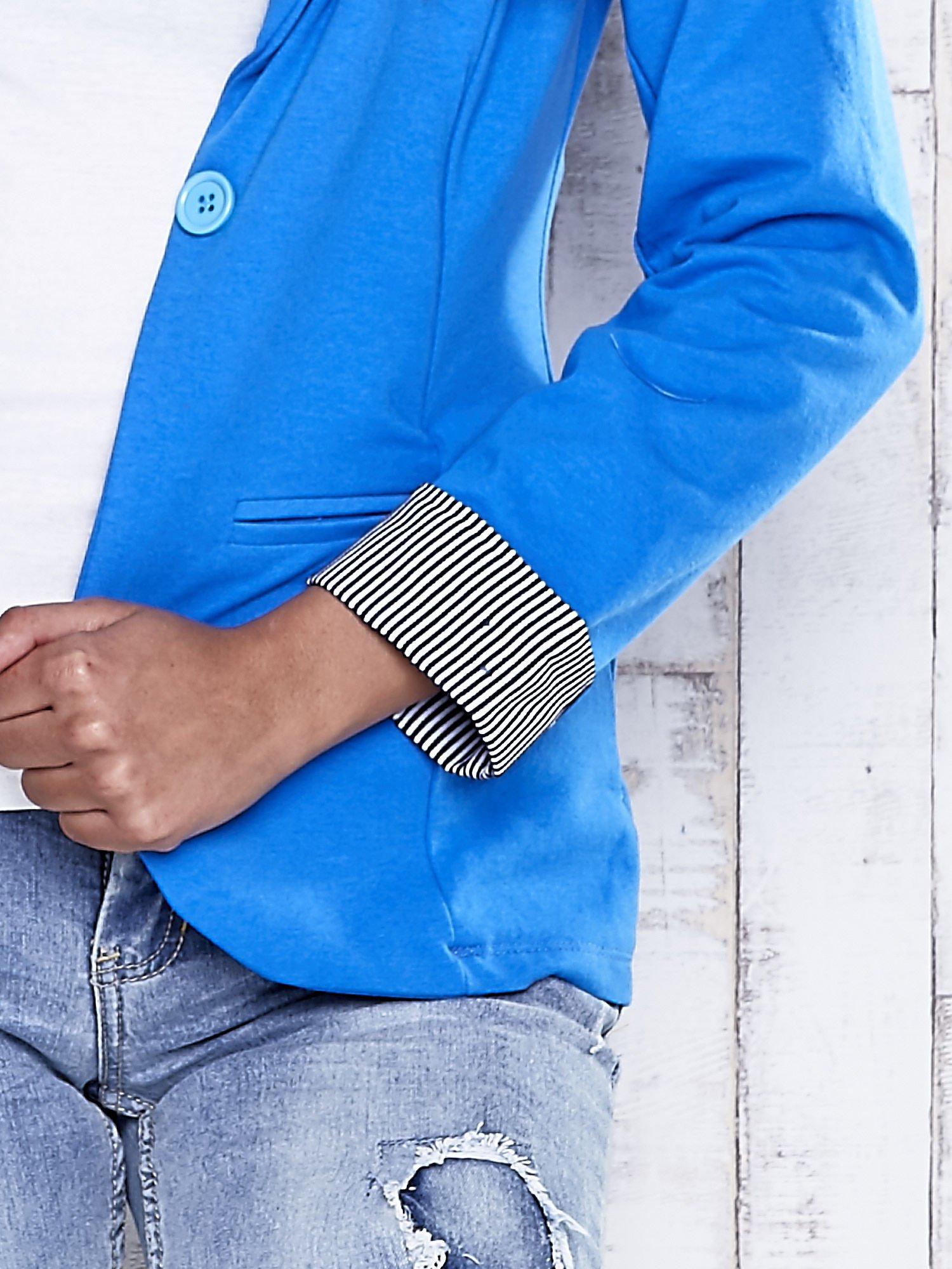 Niebieski żakiet z pasiastym wykończeniem rękawów                                  zdj.                                  6