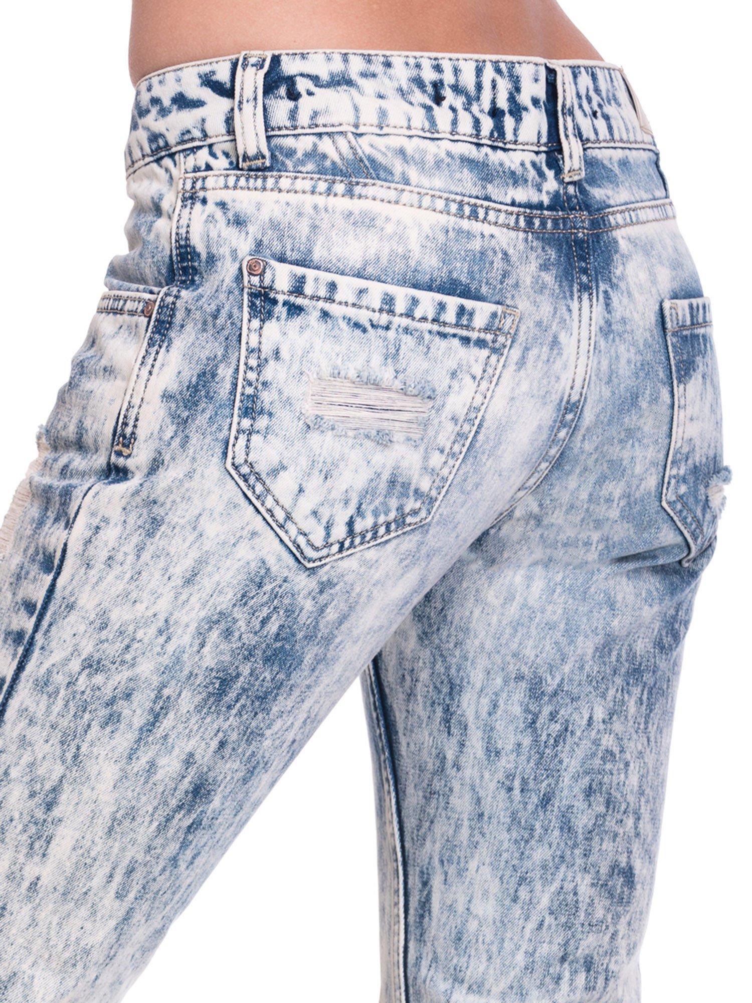 Niebieskie dekatyzowane spodnie trash jeans                                  zdj.                                  7