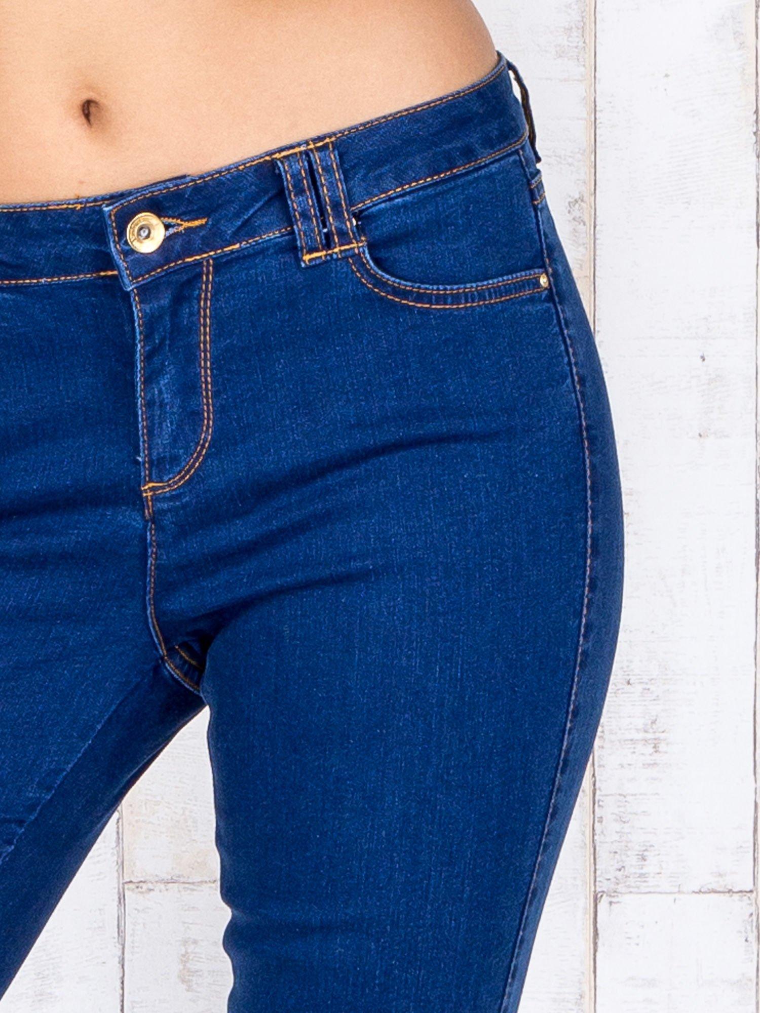 Niebieskie jeansowe spodnie skinny z kontrastowymi szwami                                  zdj.                                  4