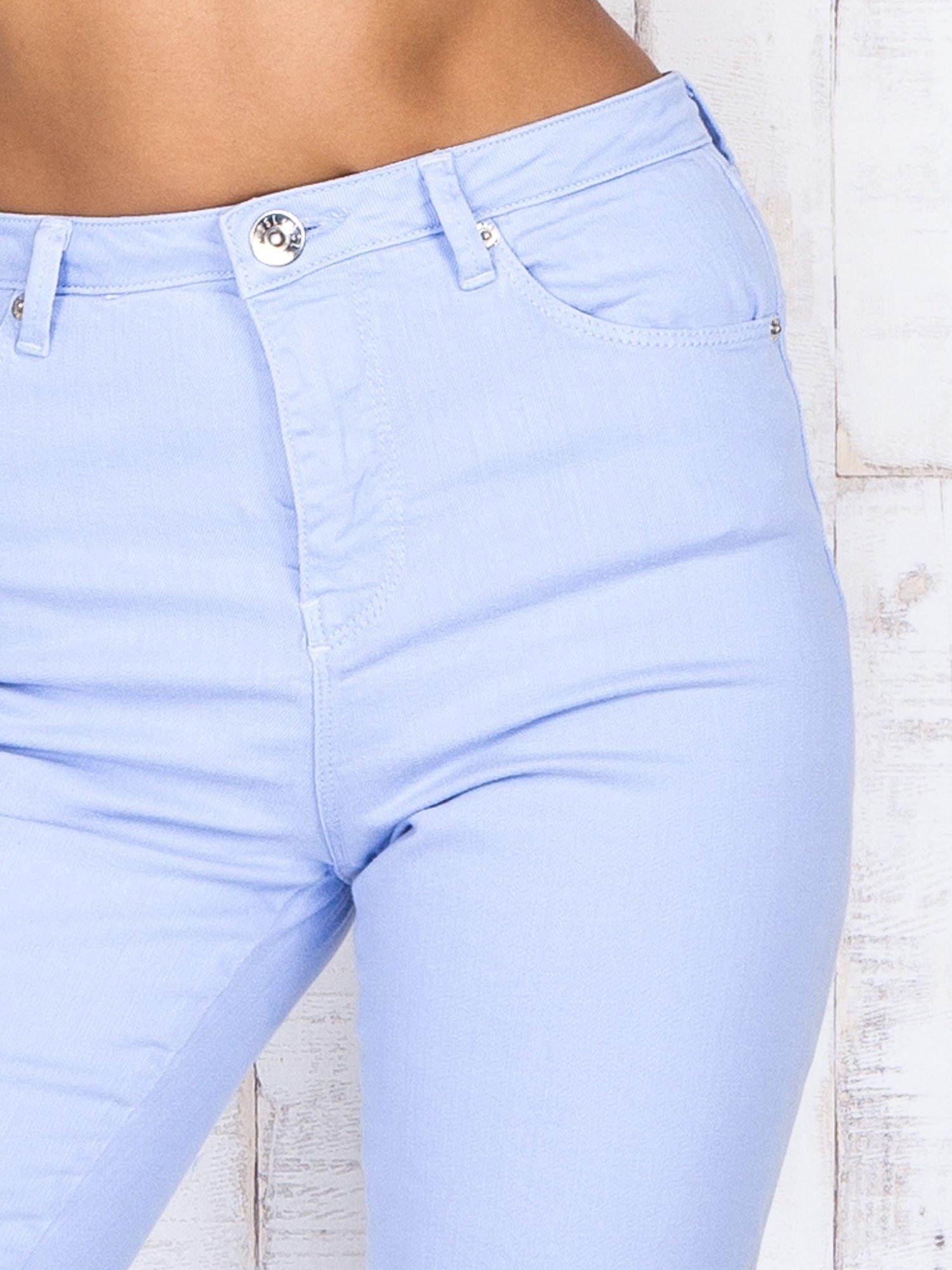 Niebieskie jeansowe spodnie z dziurami i kieszeniami                                  zdj.                                  5