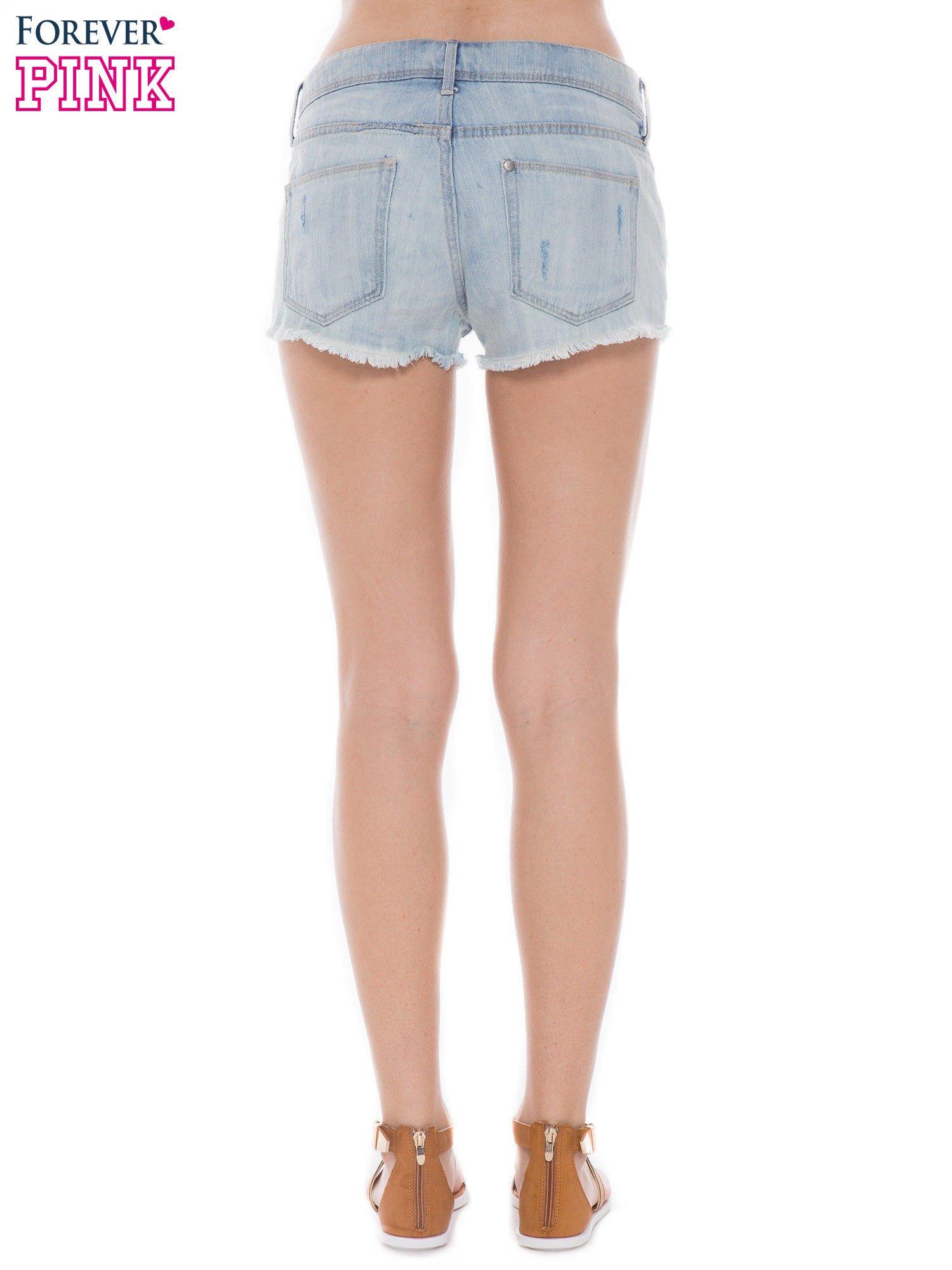 Niebieskie jeansowe szorty z wystającymi kieszeniami                                  zdj.                                  2