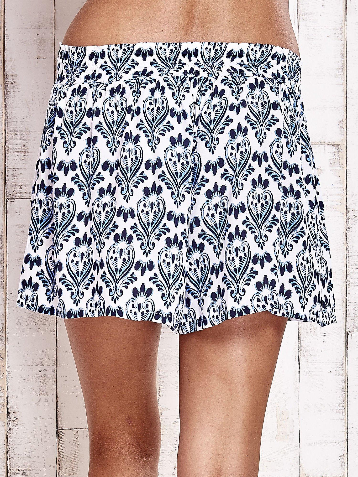 Niebieskie luźne szorty z ornamentowym wzorem