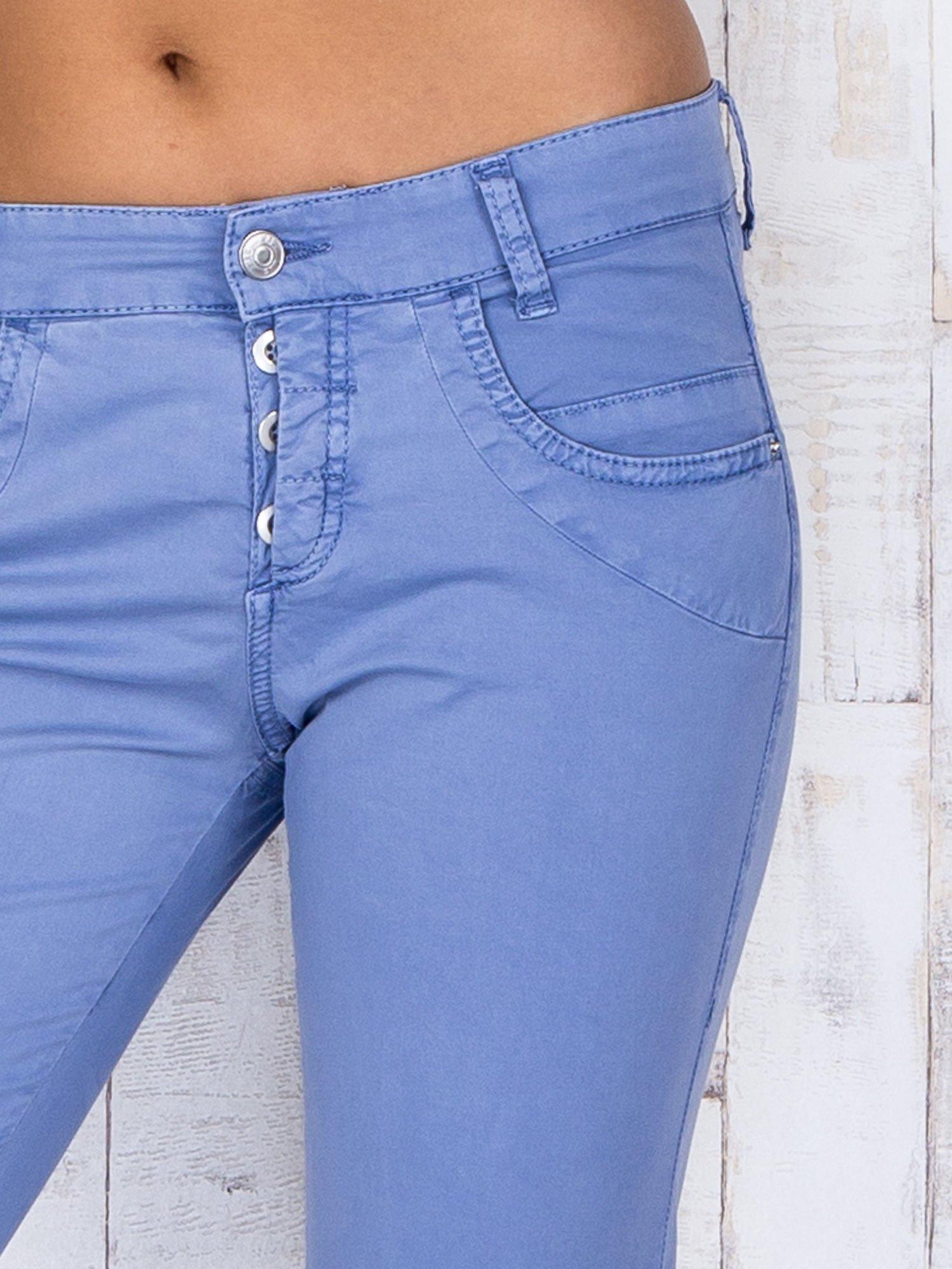 Niebieskie materiałowe spodnie regular na guziki                                  zdj.                                  4